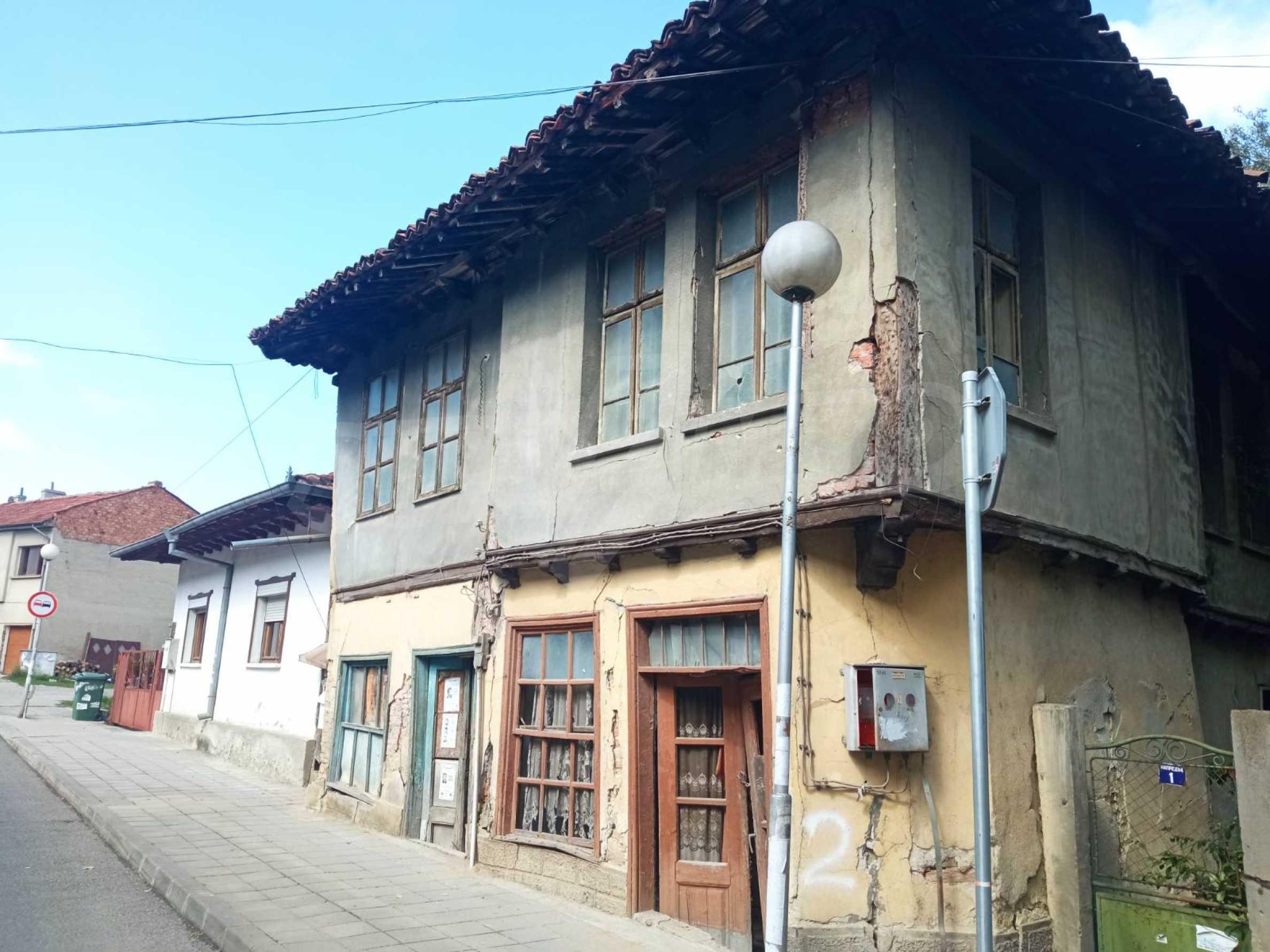 Двуетажна къща за основен ремонт в град Елена  2