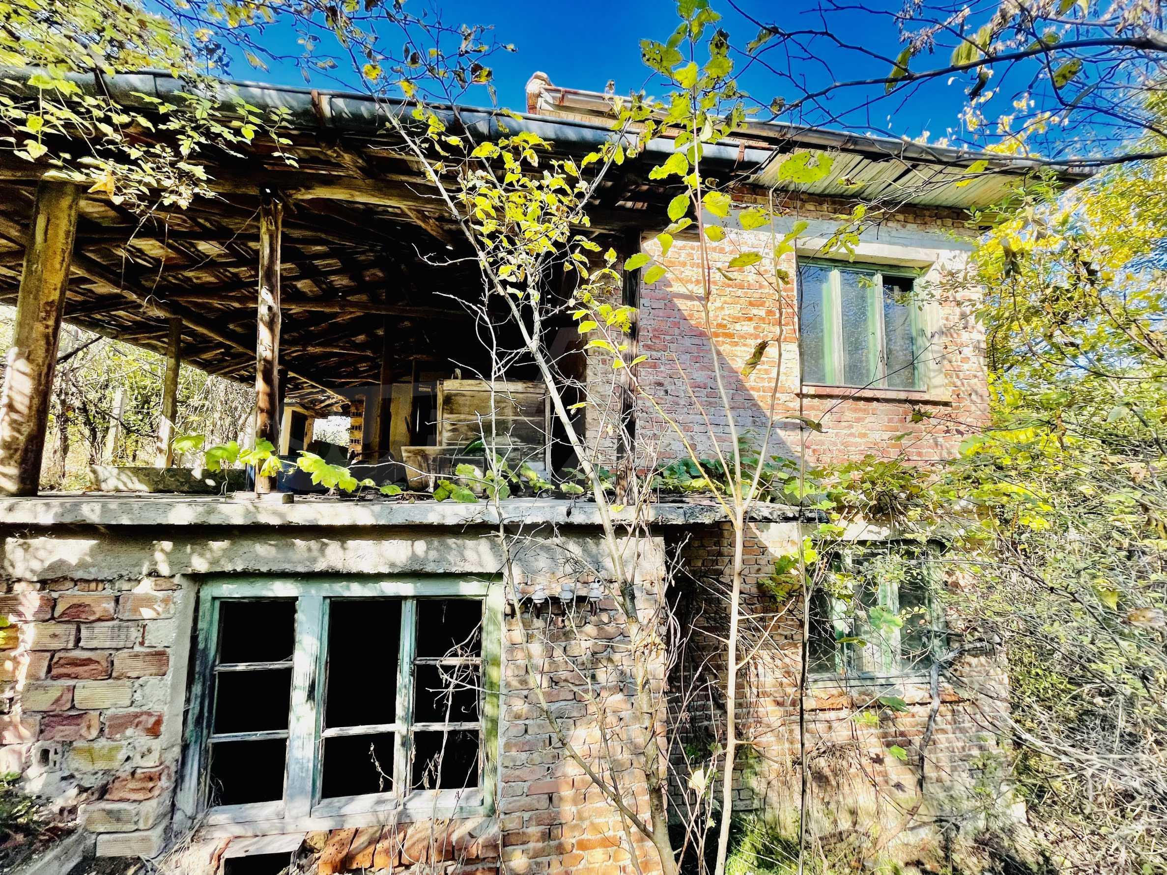 Zweistöckiges Haus in einem Dorf mit Mineralquellen und Fluss 1