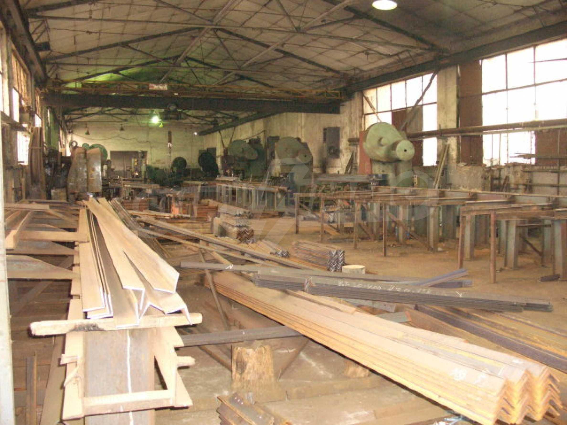 Завод, Промышленное предприятие рядом с   2