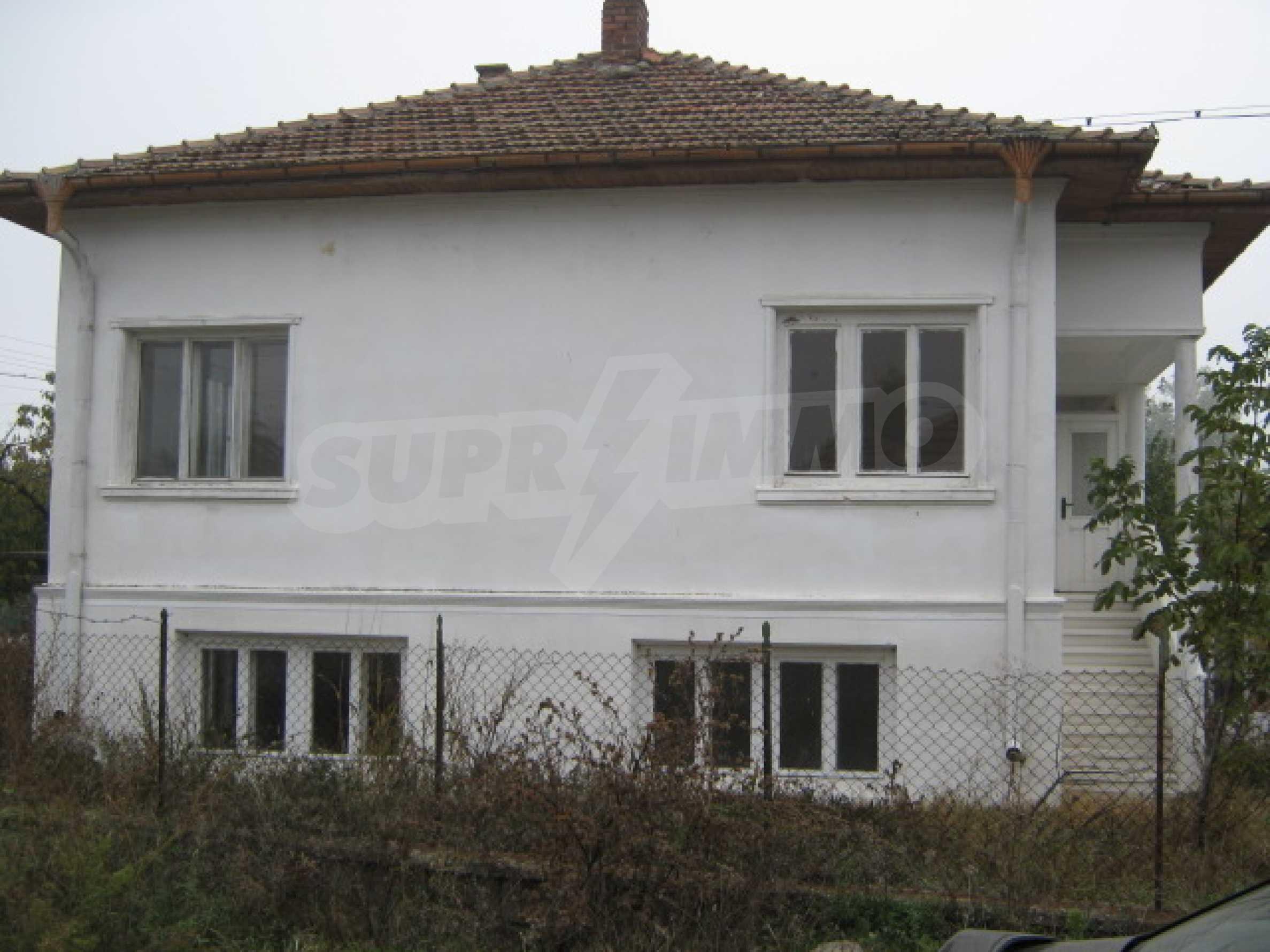 Haus in einem malerischen Dorf an der Küste des Flusses Donau 1