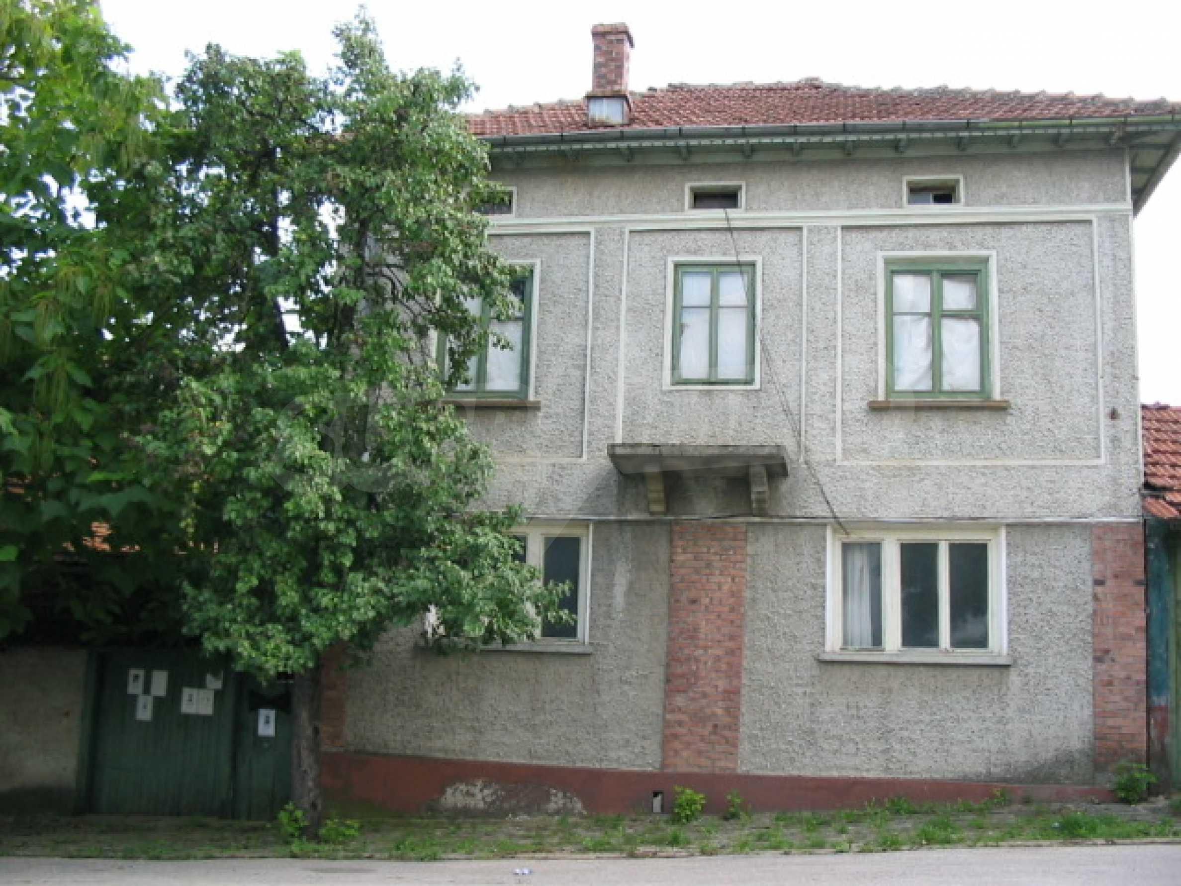 Масивна къща в село близо до  Велико Търново
