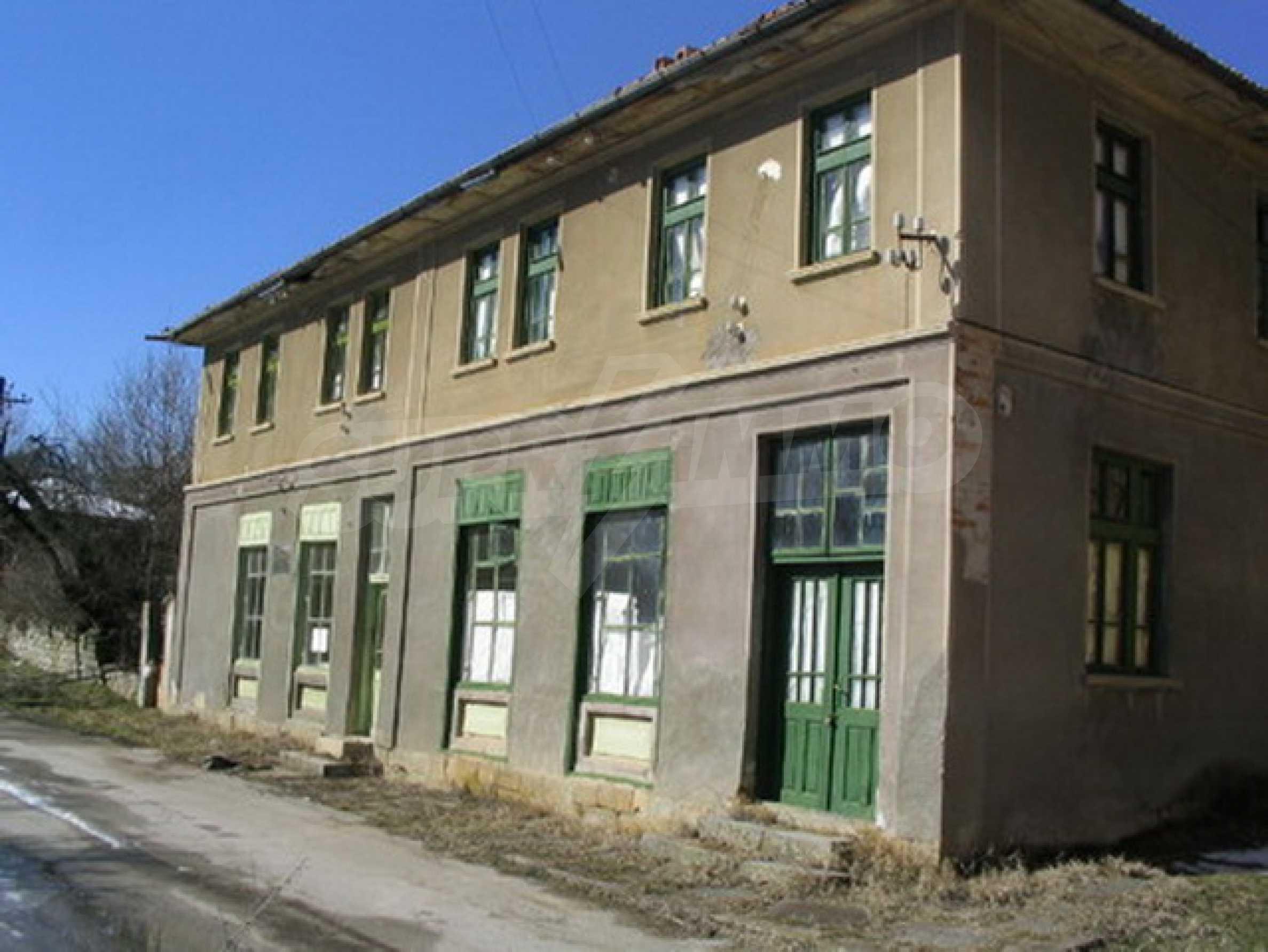 Massives Backsteingebäude in der Nähe der Stadt Elena