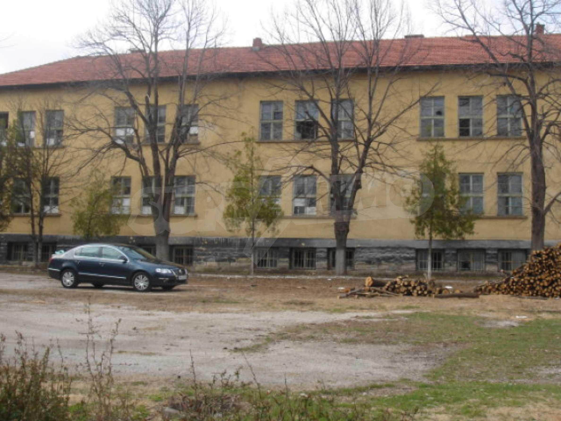 Училищна сграда в центъра на живописно село 2