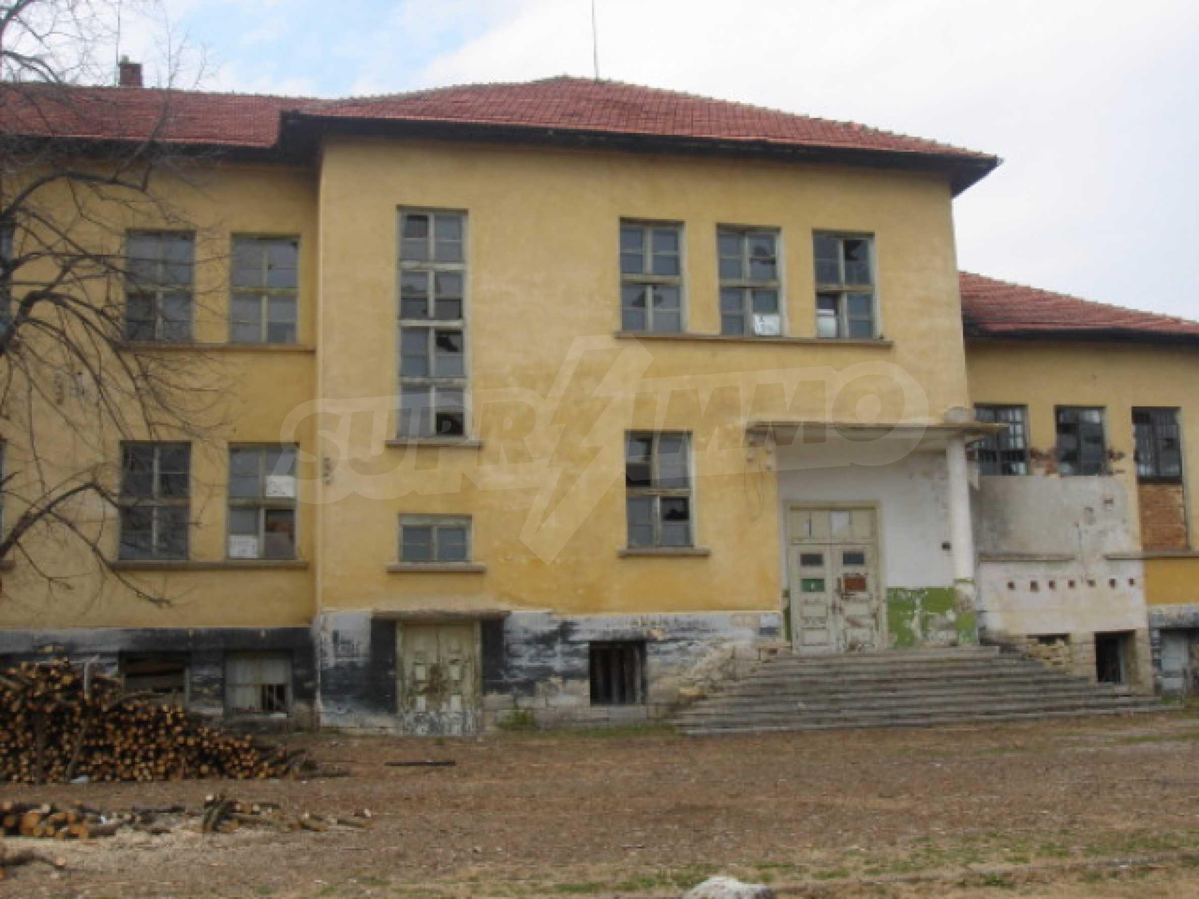 Училищна сграда в центъра на живописно село 3