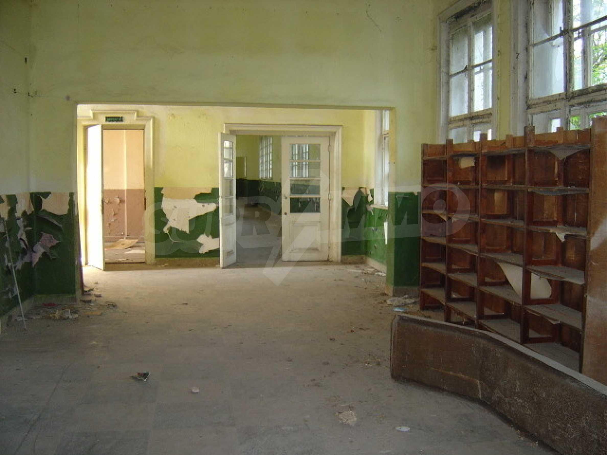 Училищна сграда в центъра на живописно село 6