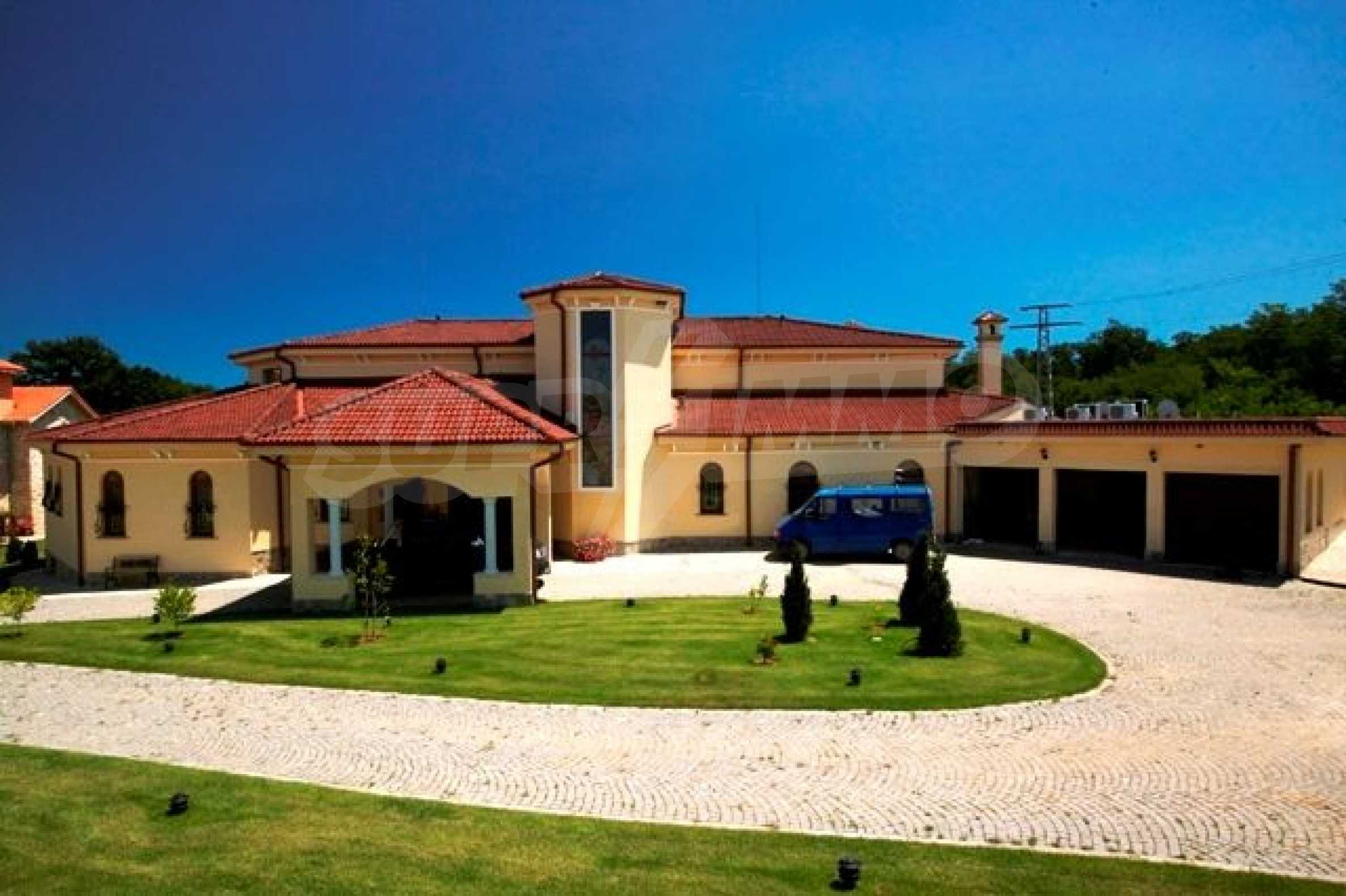 Великолепно имение с басейн и градина във френския стил прованс 8
