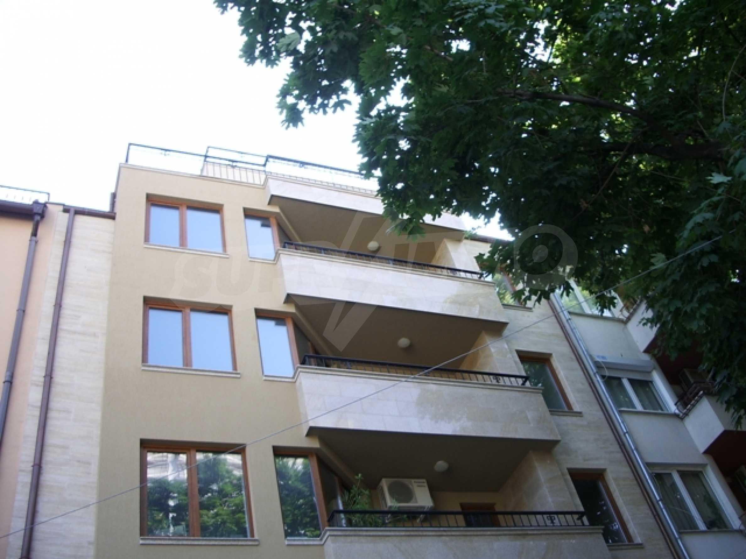 Апартаменти и офис в стилна сграда