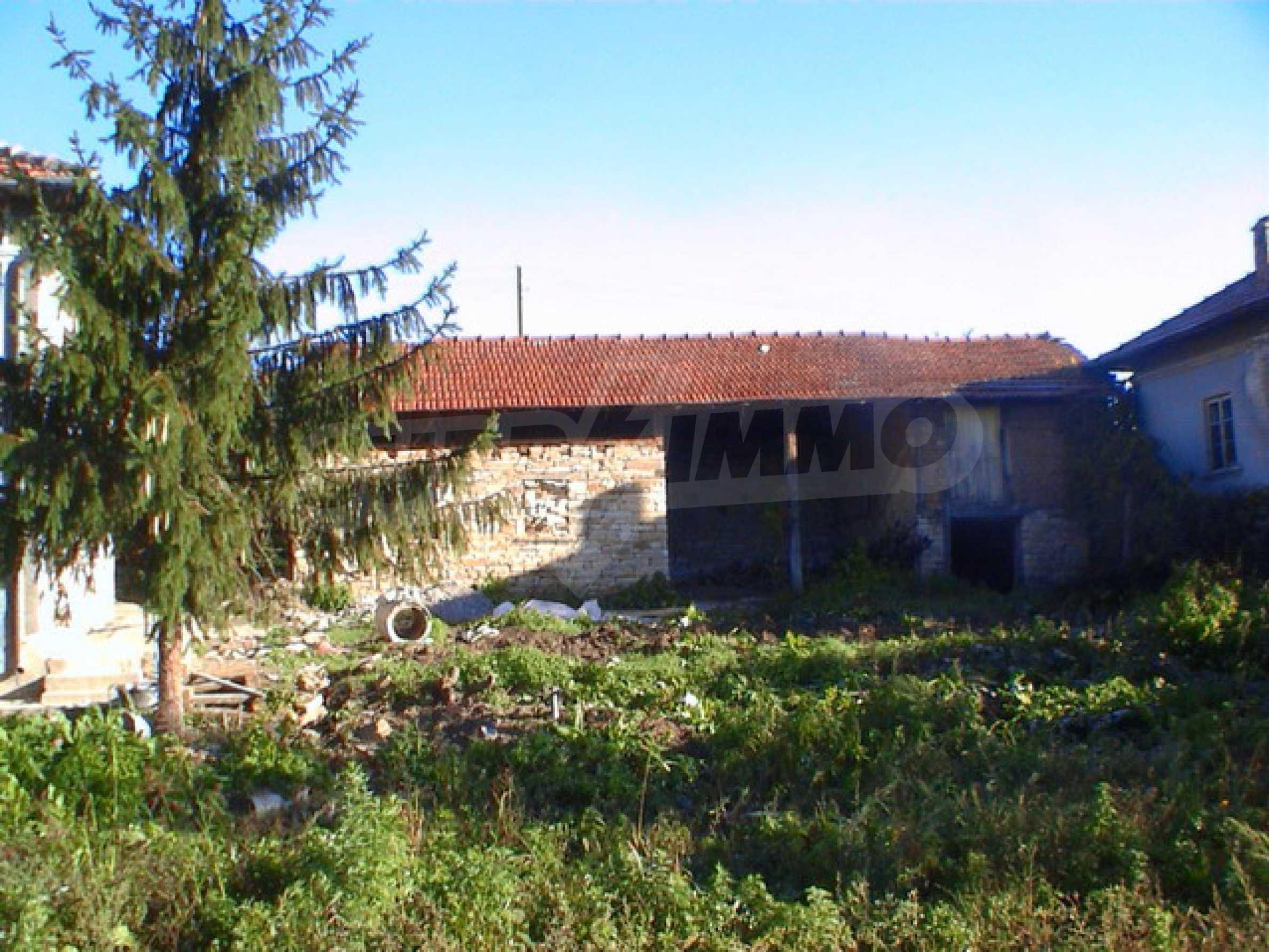 Селски имот в хубаво населено място  9