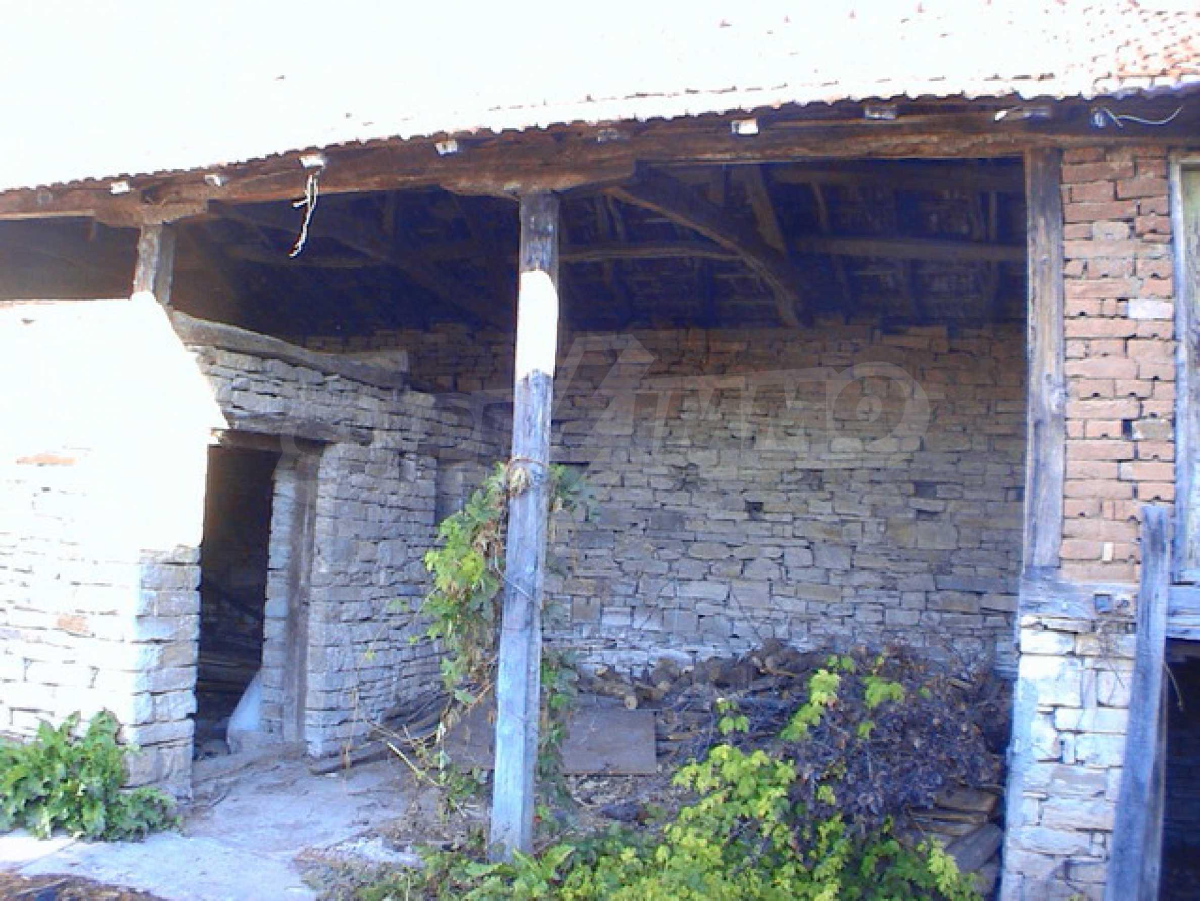 Селски имот в хубаво населено място  11