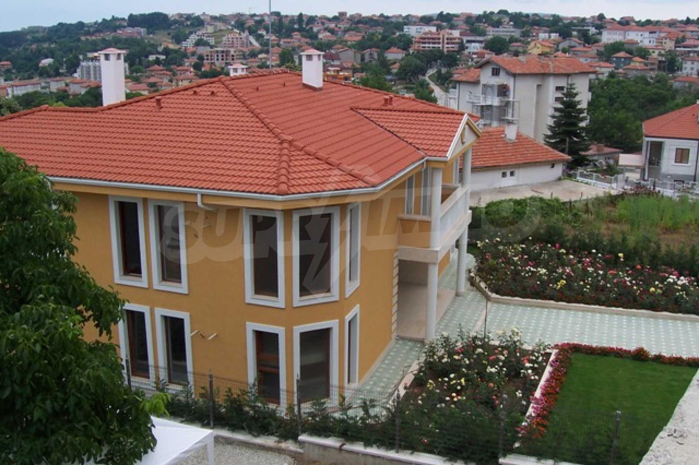 Луксозна двуетажна къща с два гаража и панорамна гледка към морето и града 1