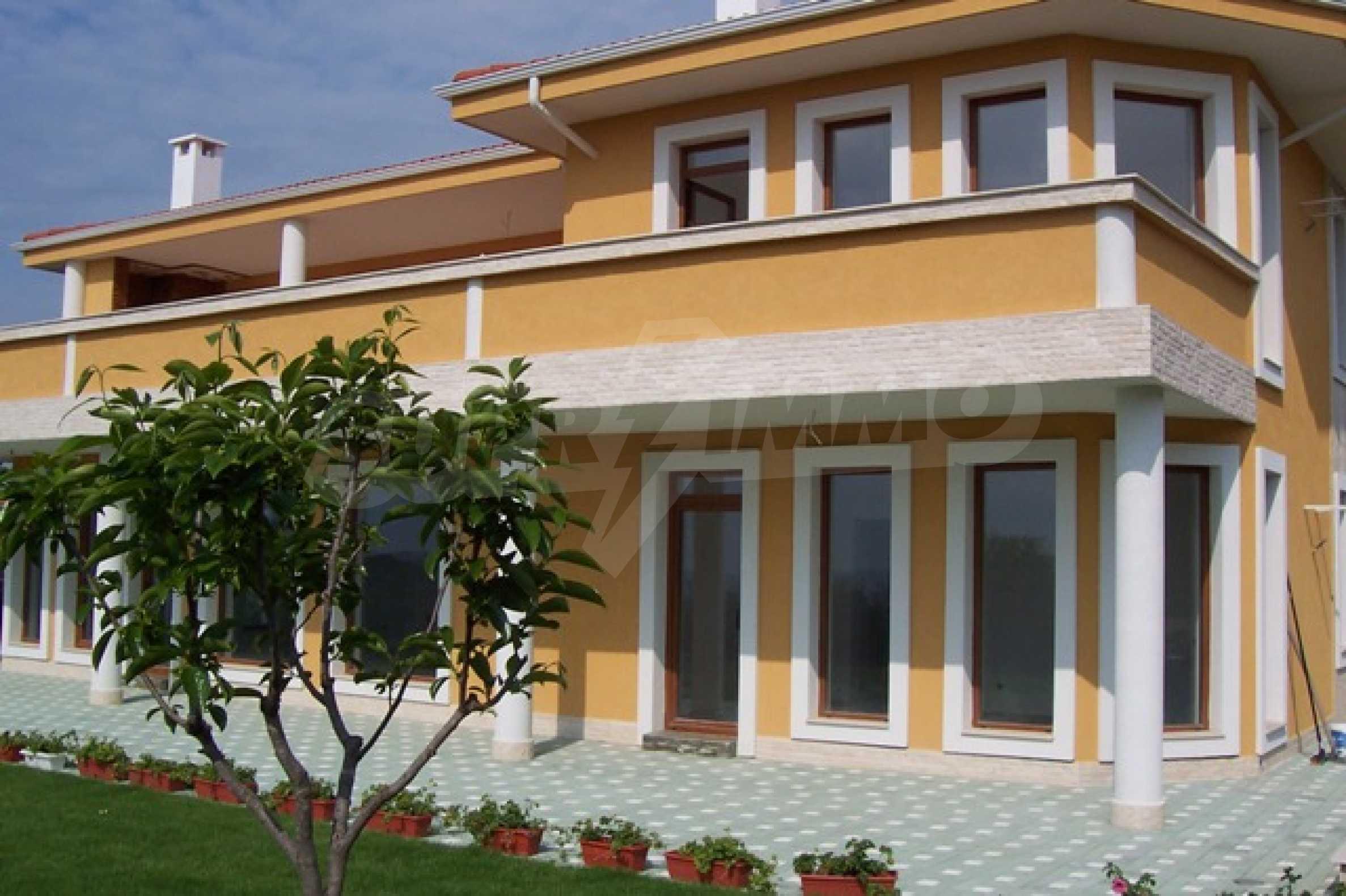 Луксозна двуетажна къща с два гаража и панорамна гледка към морето и града 3