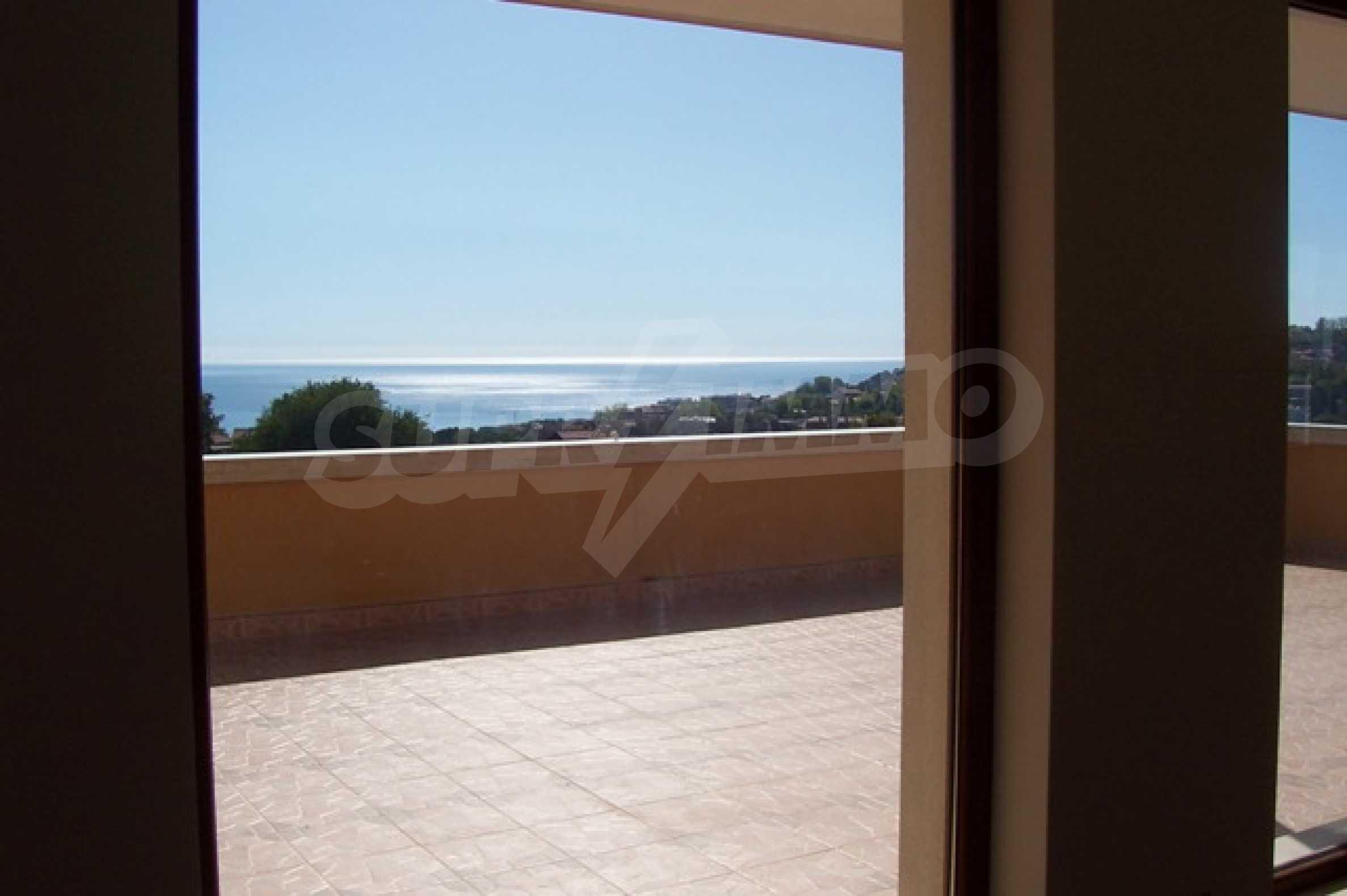 Луксозна двуетажна къща с два гаража и панорамна гледка към морето и града 7