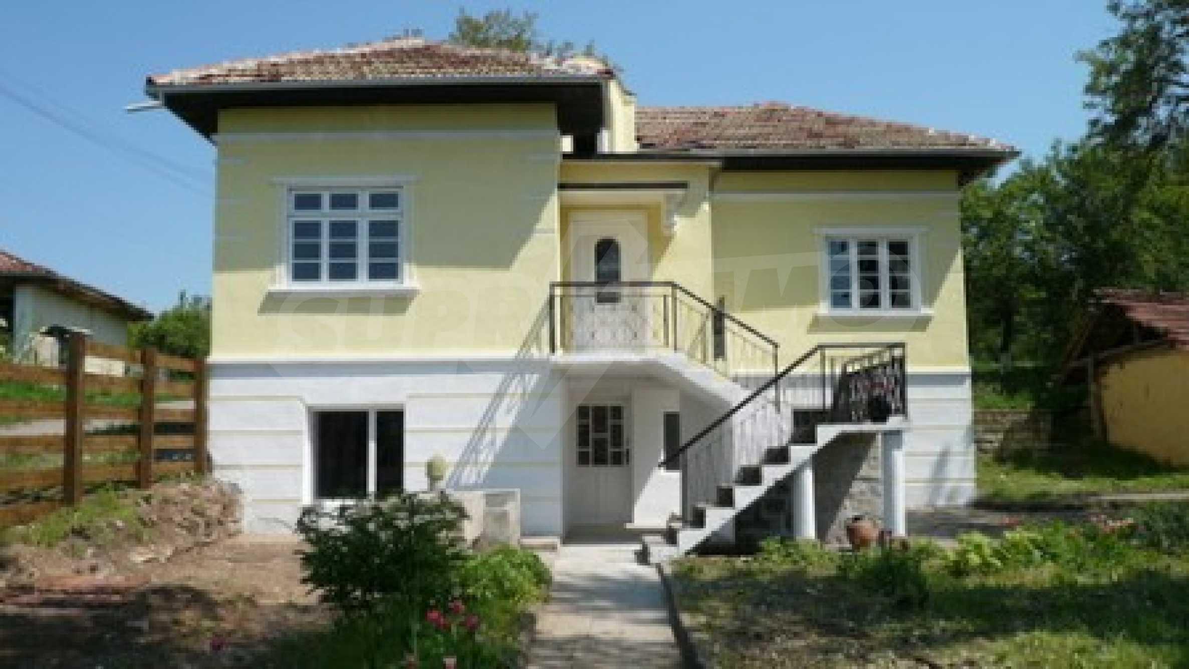Просторна двуетажна къща в село Бистренци, Русенско
