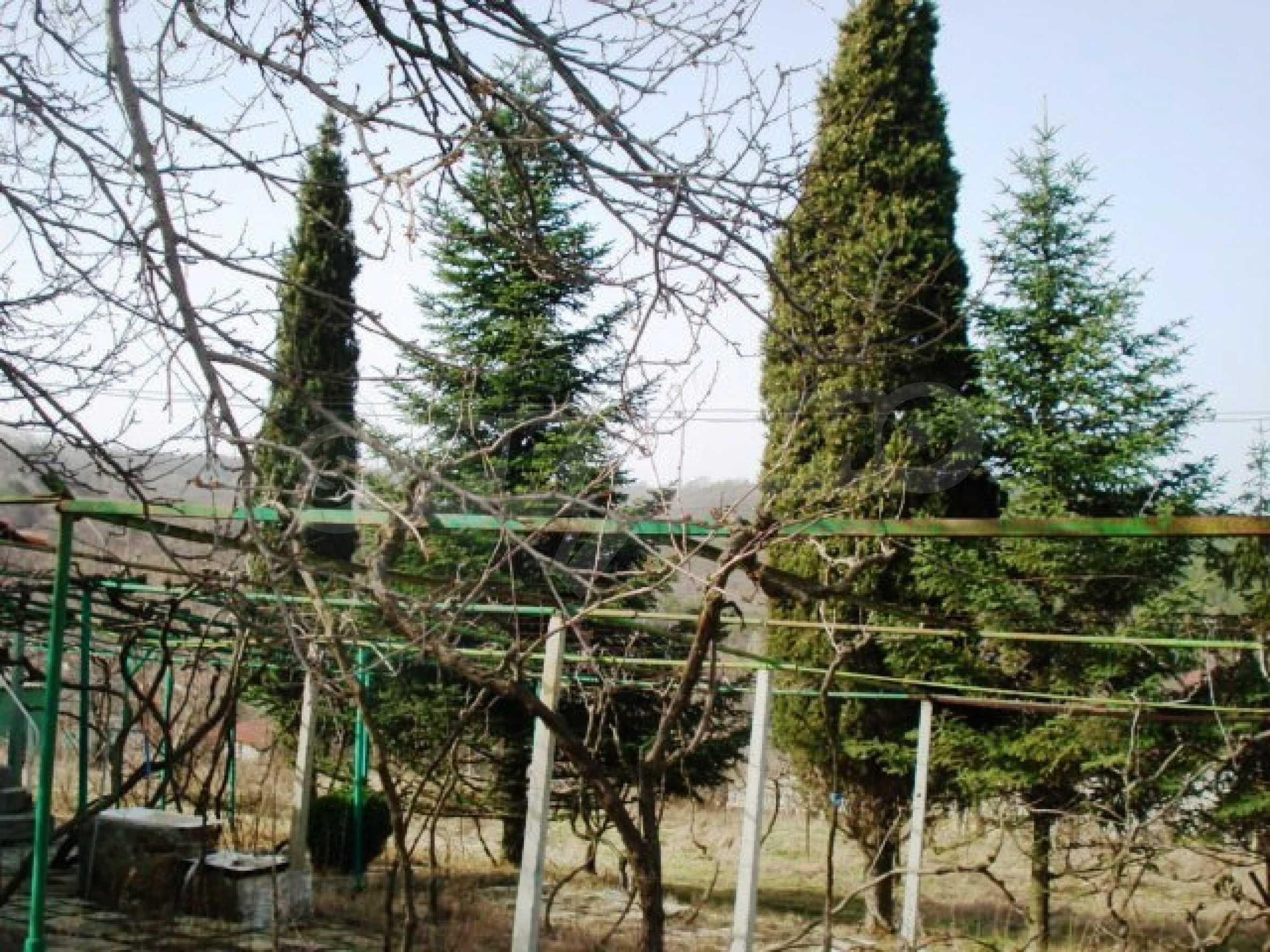 Регулиран парцел с малка къща във Варна   1