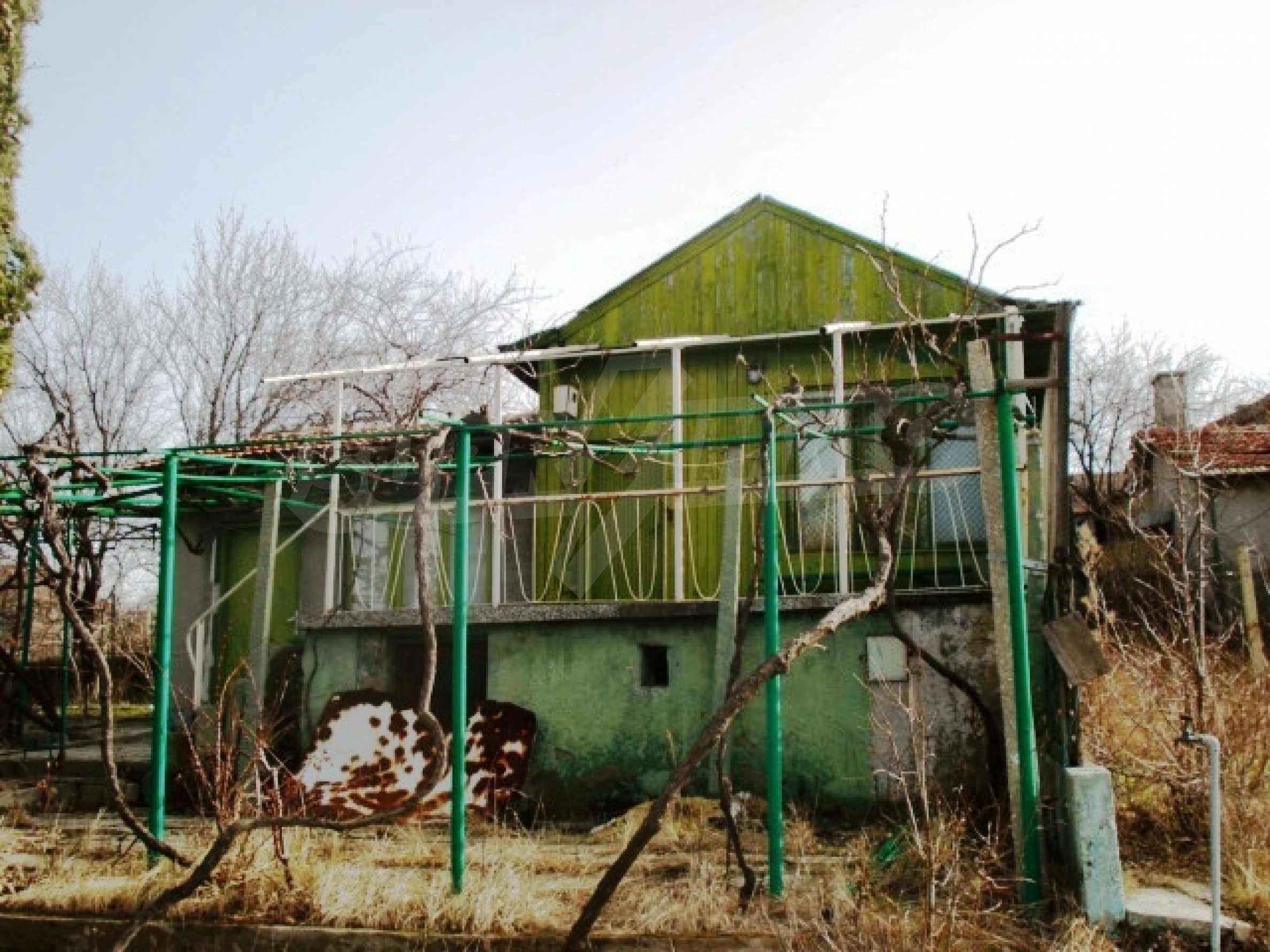 Регулиран парцел с малка къща във Варна   3