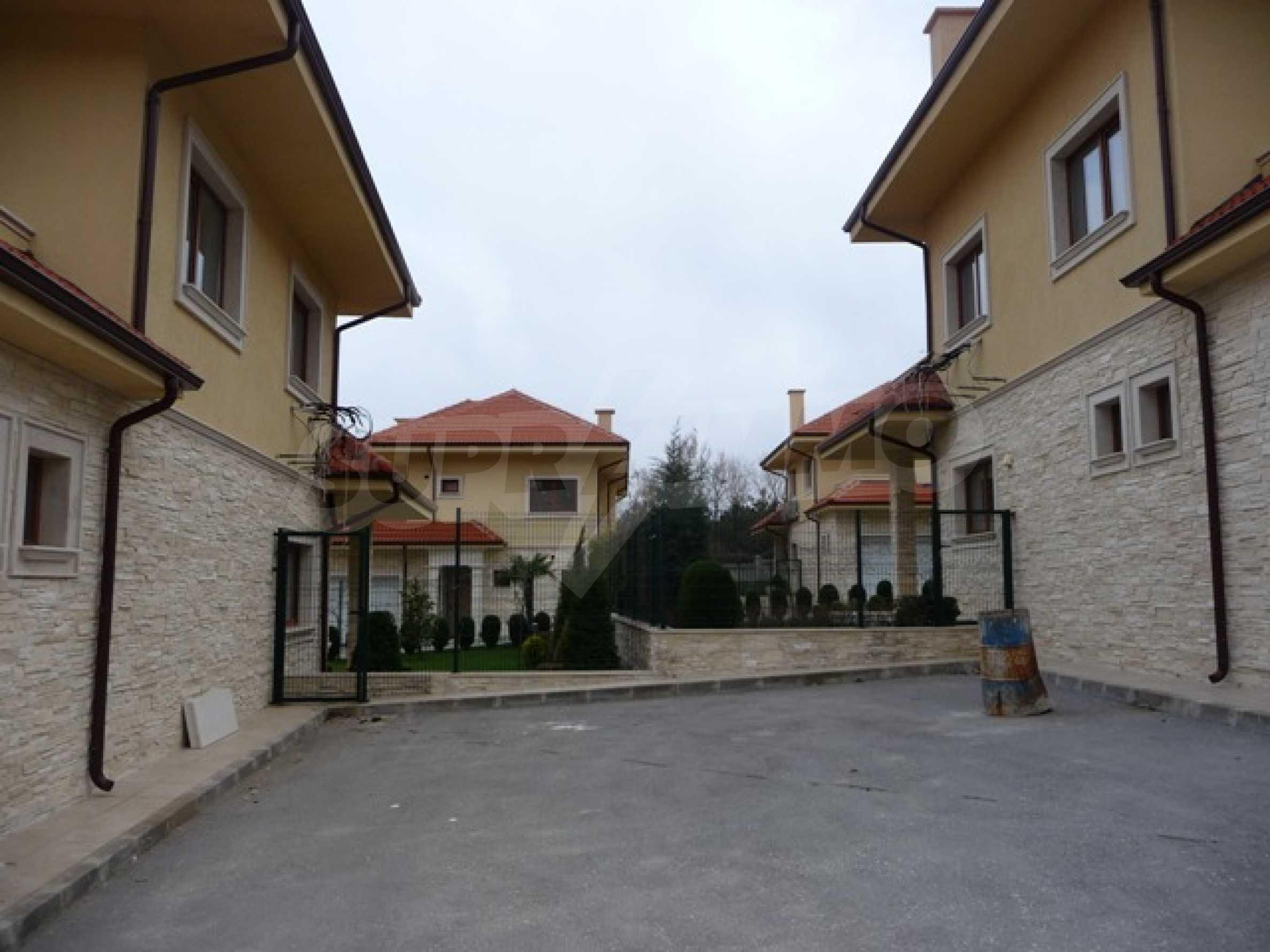 Еднофамилни двуетажни къщи в живописна зона между Варна и Златни пясъци 9