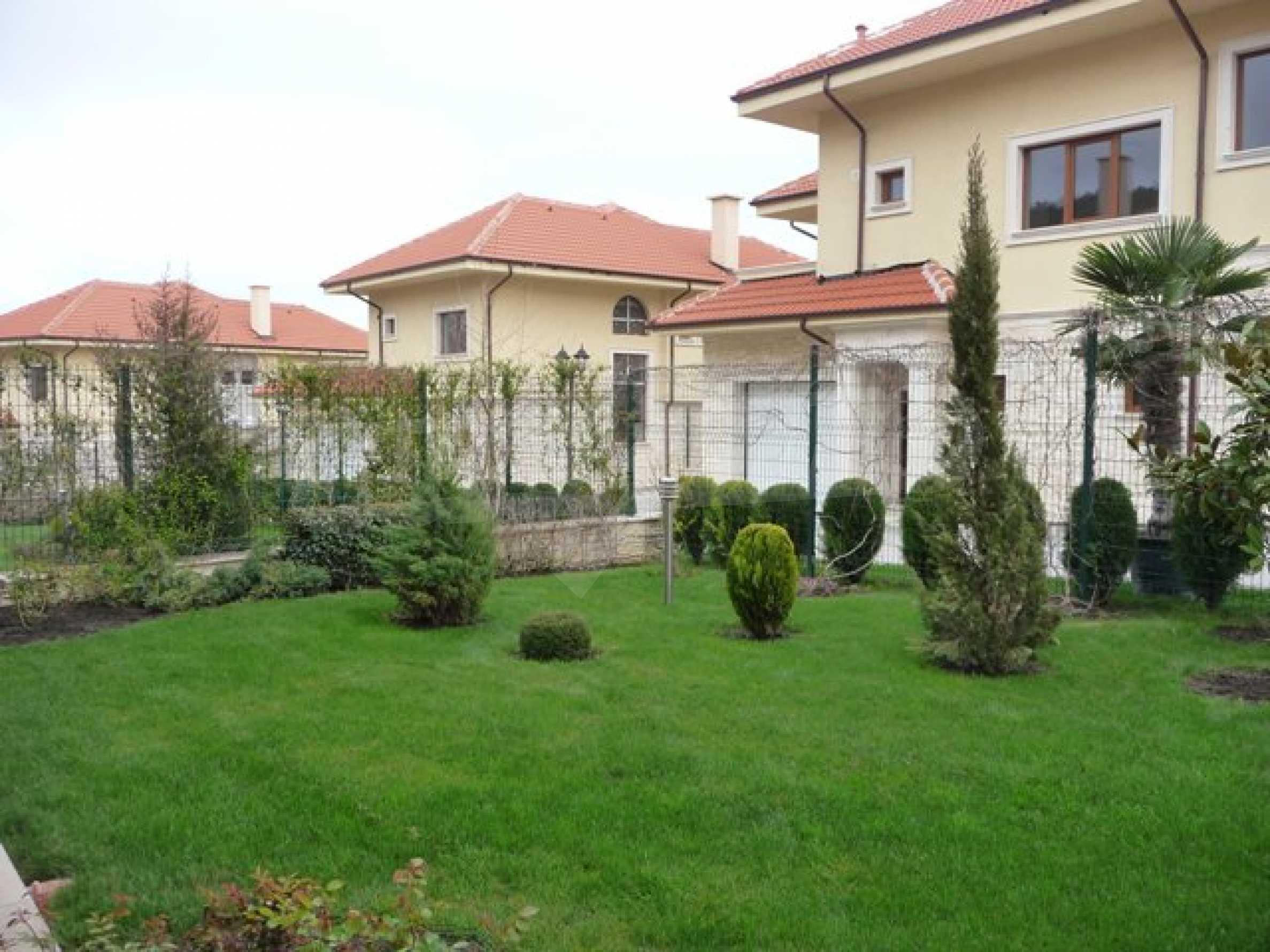 Еднофамилни двуетажни къщи в живописна зона между Варна и Златни пясъци 12