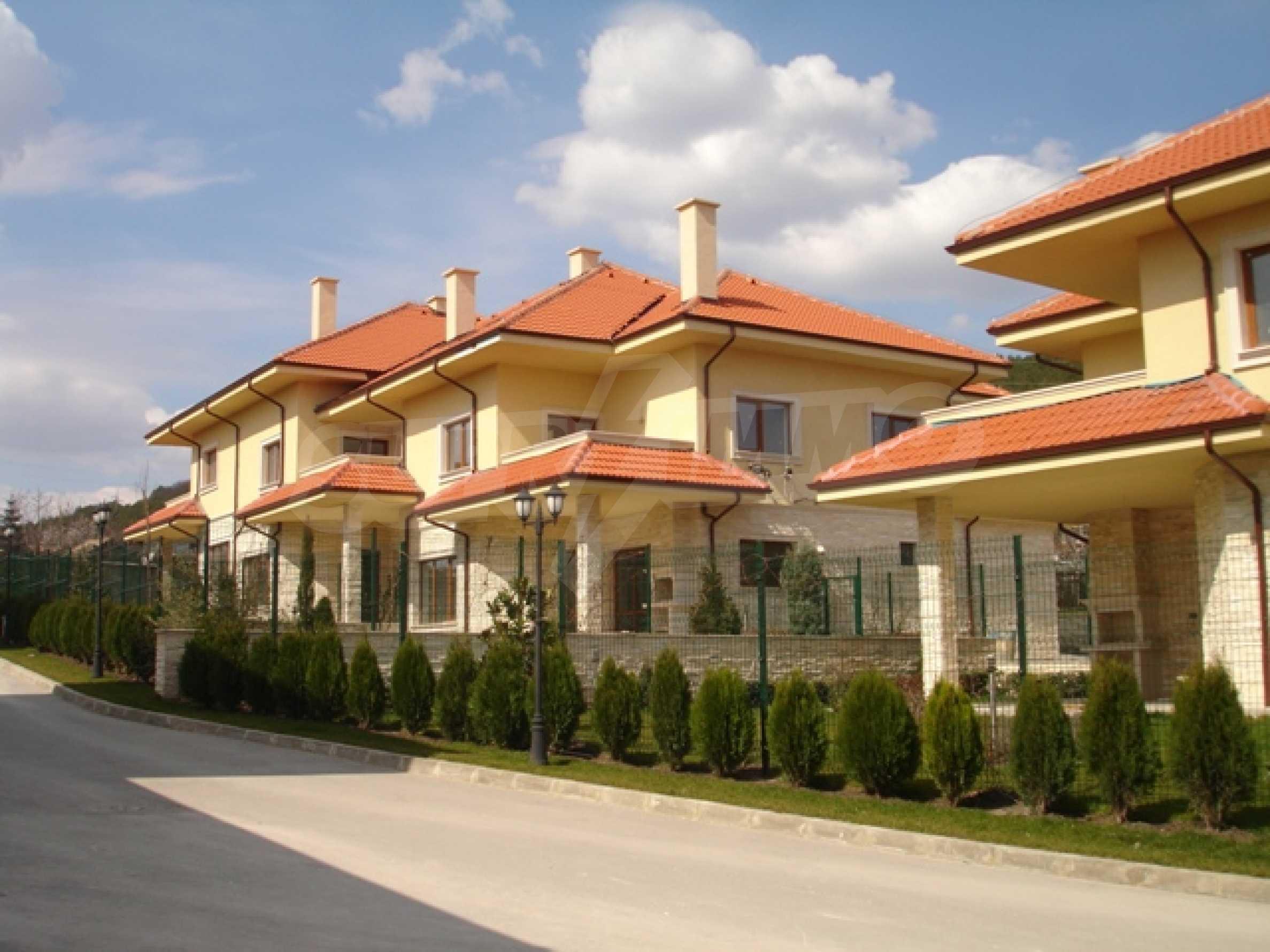 Еднофамилни двуетажни къщи в живописна зона между Варна и Златни пясъци 1