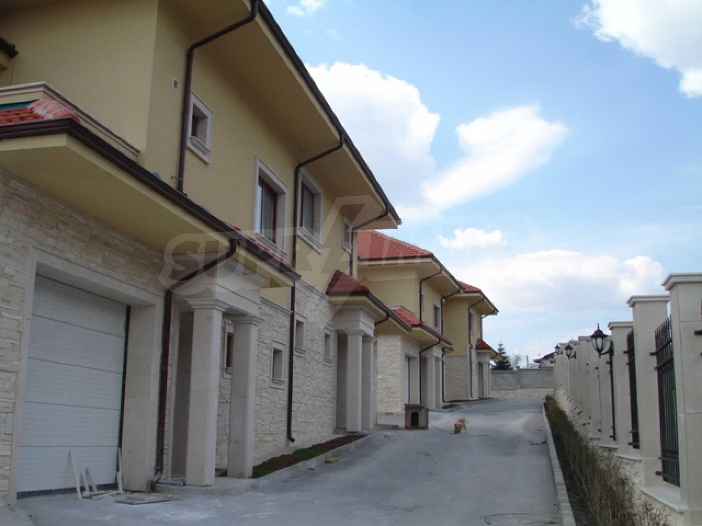Еднофамилни двуетажни къщи в живописна зона между Варна и Златни пясъци 6