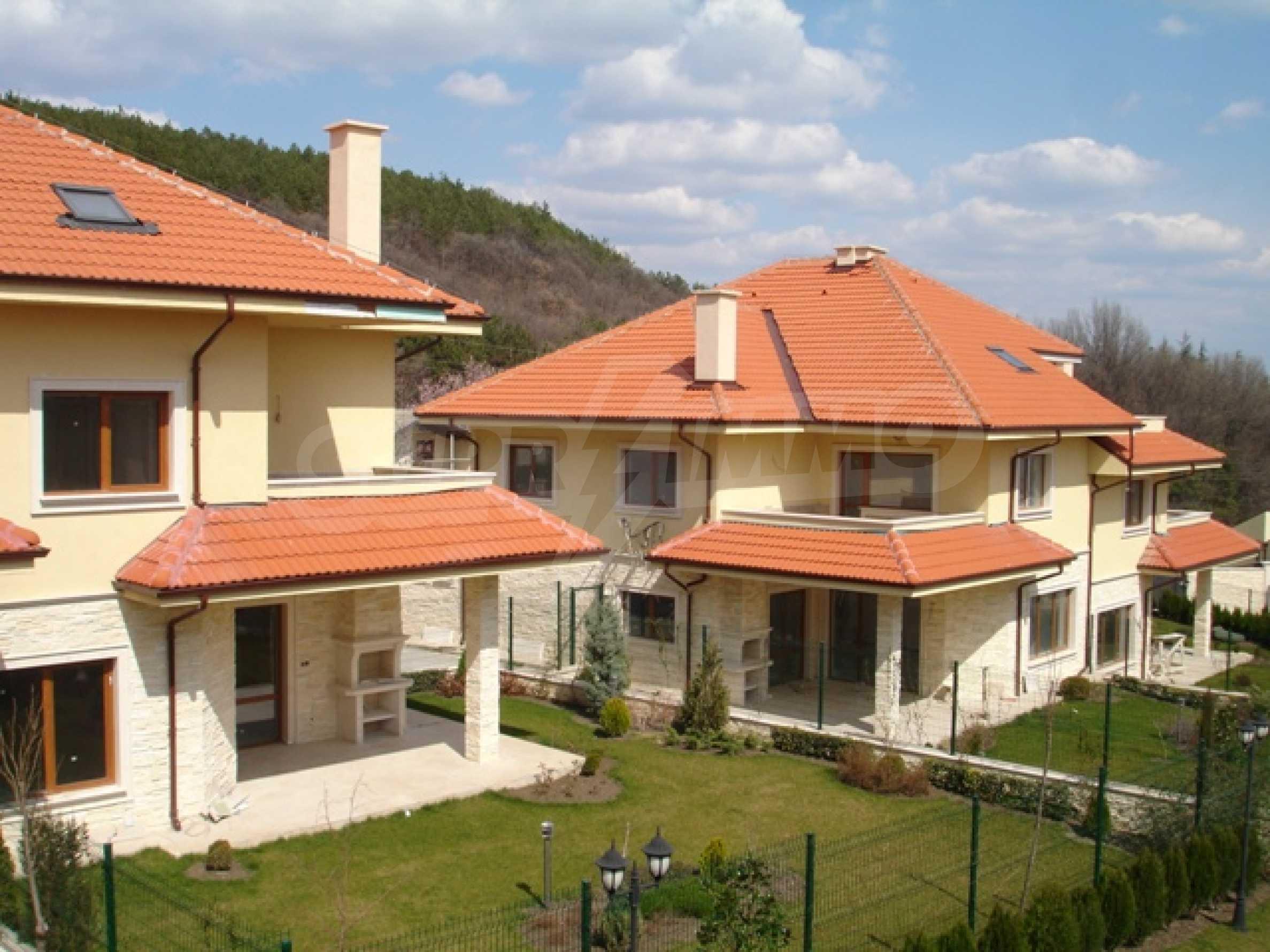 Еднофамилни двуетажни къщи в живописна зона между Варна и Златни пясъци 8