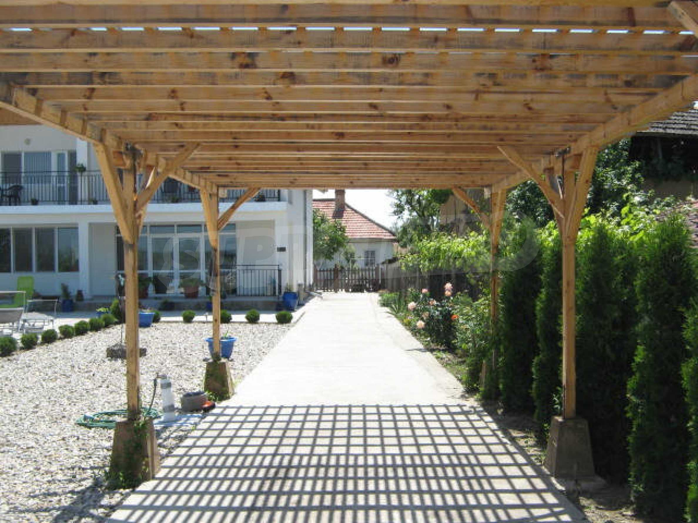 Хубава къща с градина, басейн, беседка с барбекю и лятна кухня 28