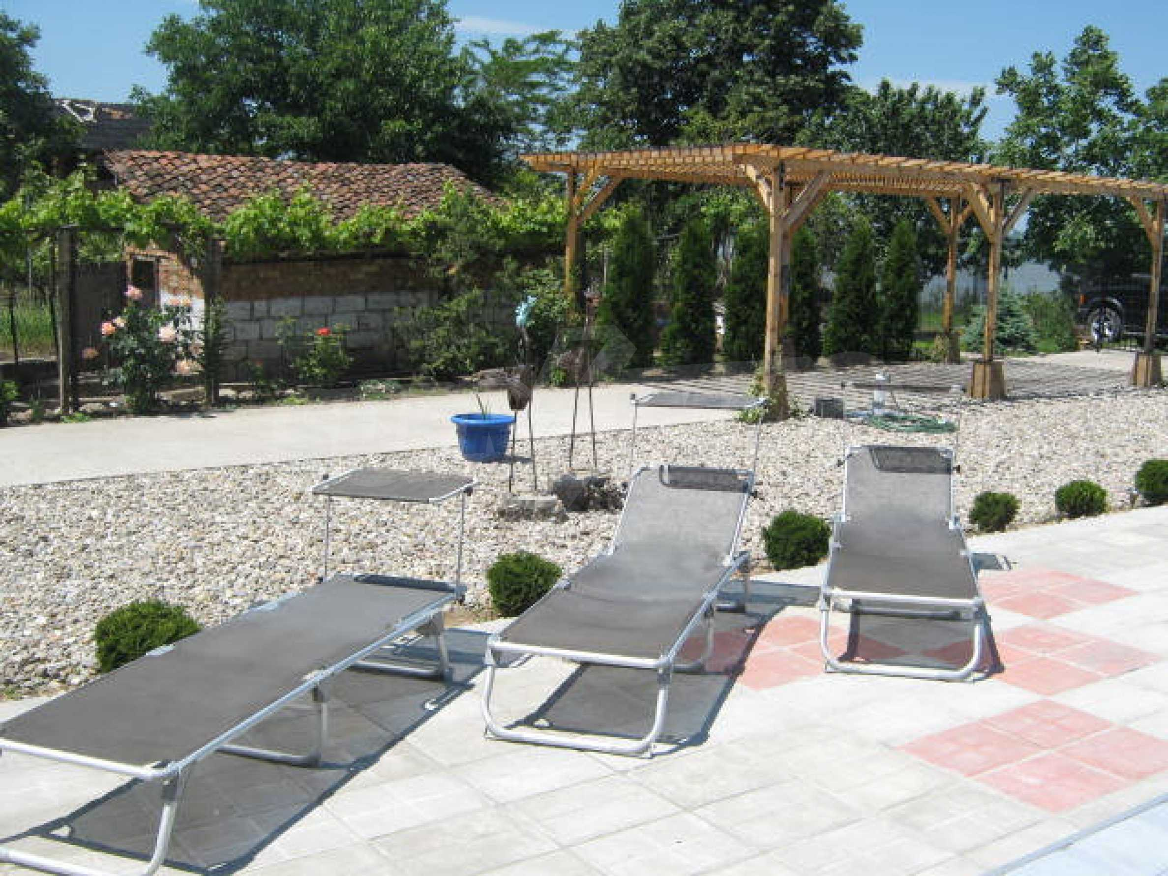 Хубава къща с градина, басейн, беседка с барбекю и лятна кухня 29