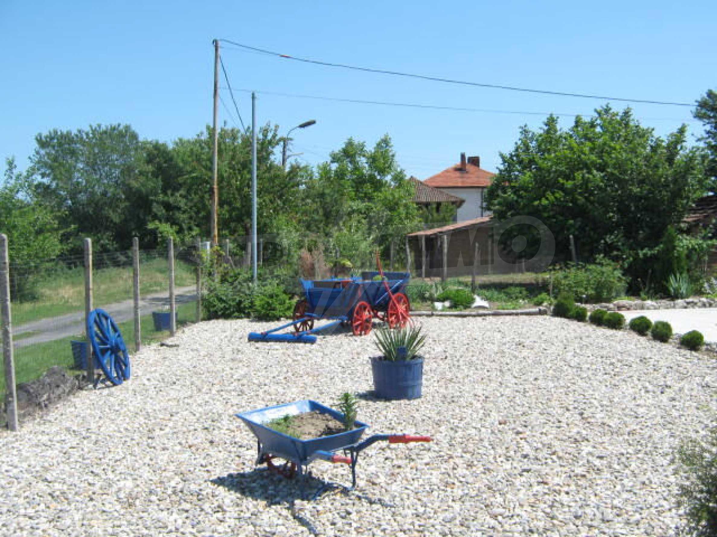 Хубава къща с градина, басейн, беседка с барбекю и лятна кухня 30