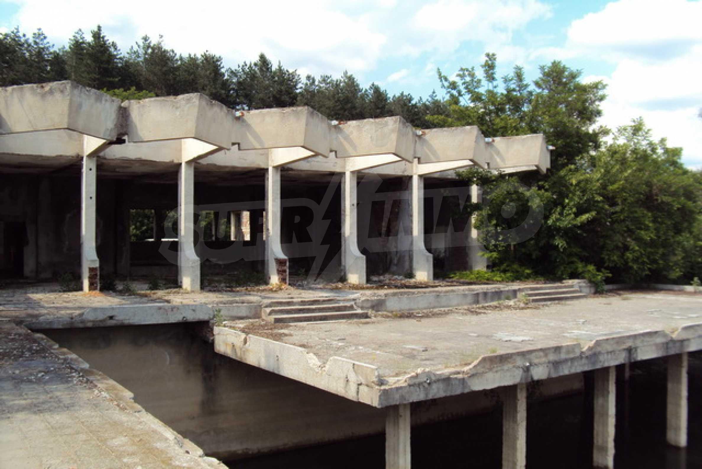 Massives Gebäude am Ufer eines Dammes