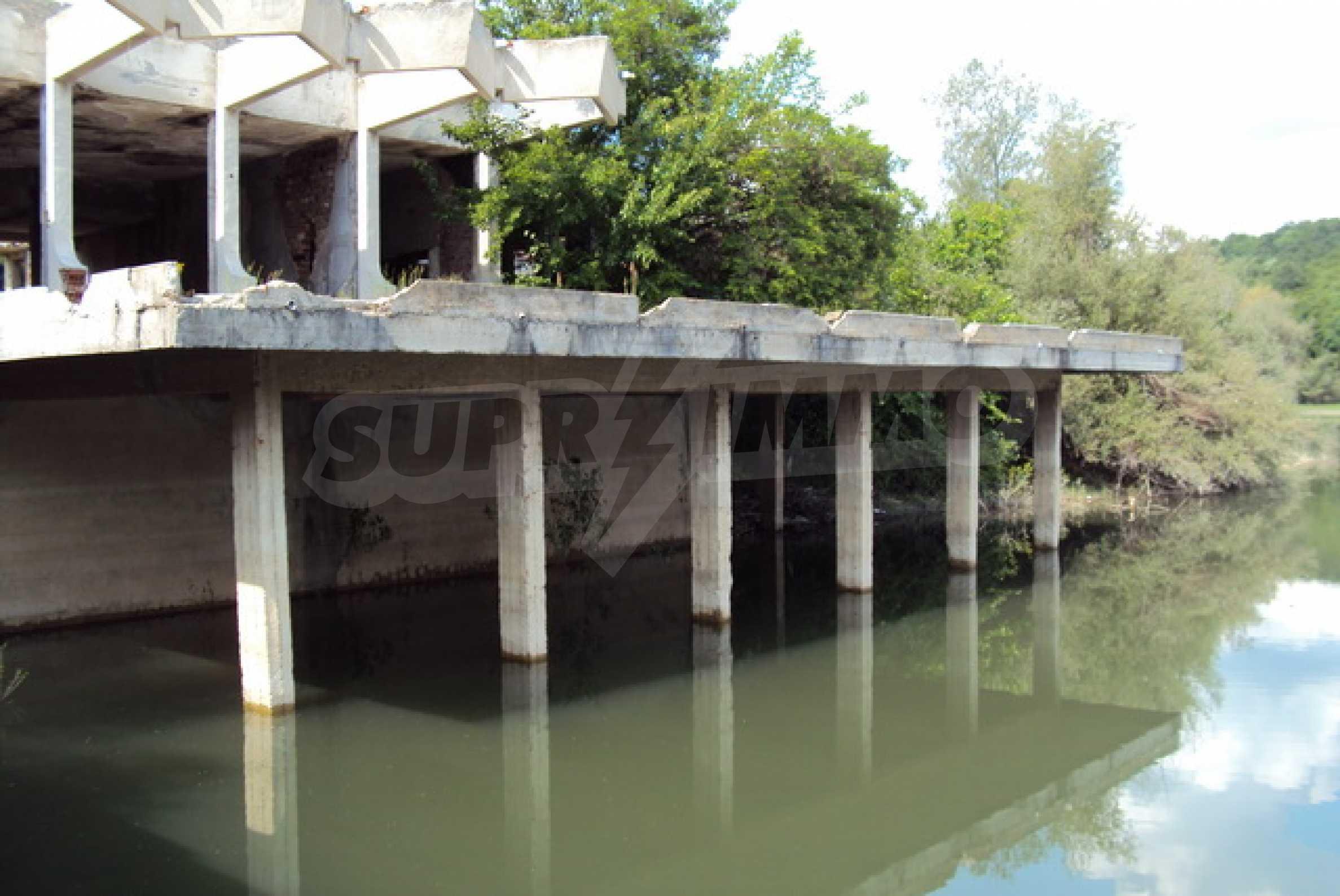 Massives Gebäude am Ufer eines Dammes 1