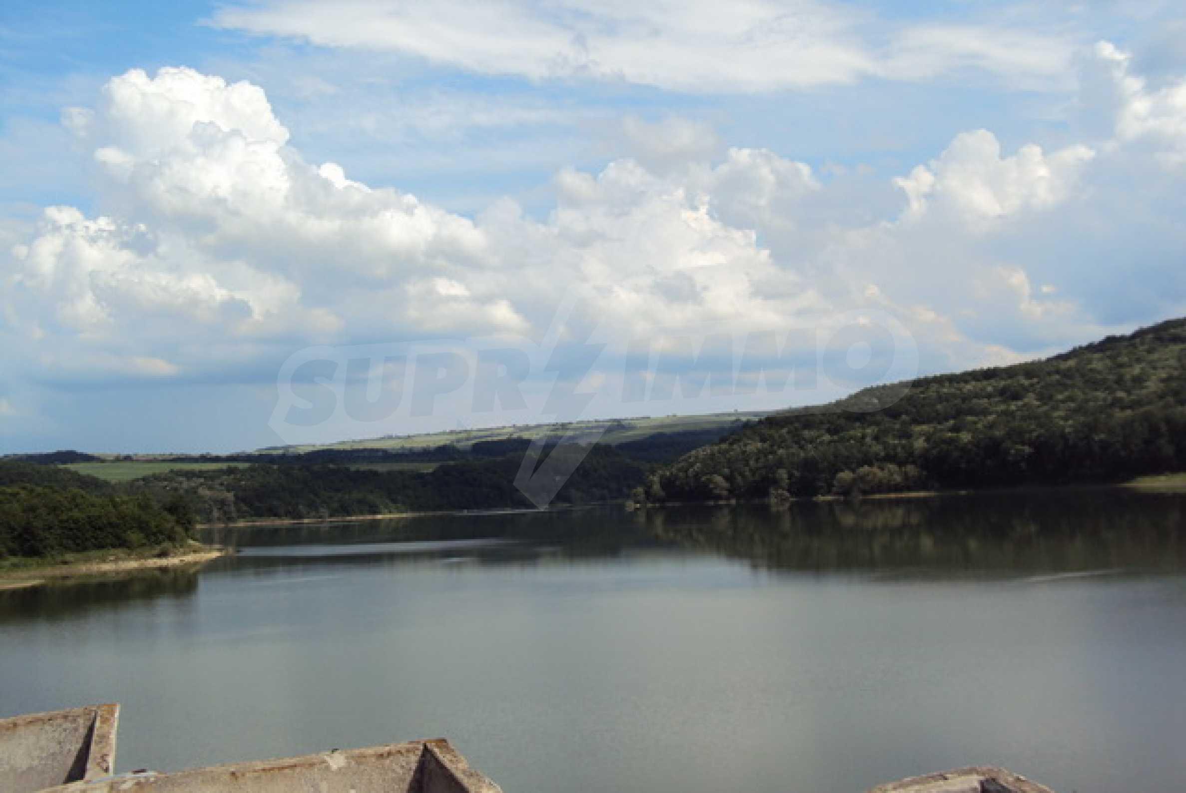 Massives Gebäude am Ufer eines Dammes 20