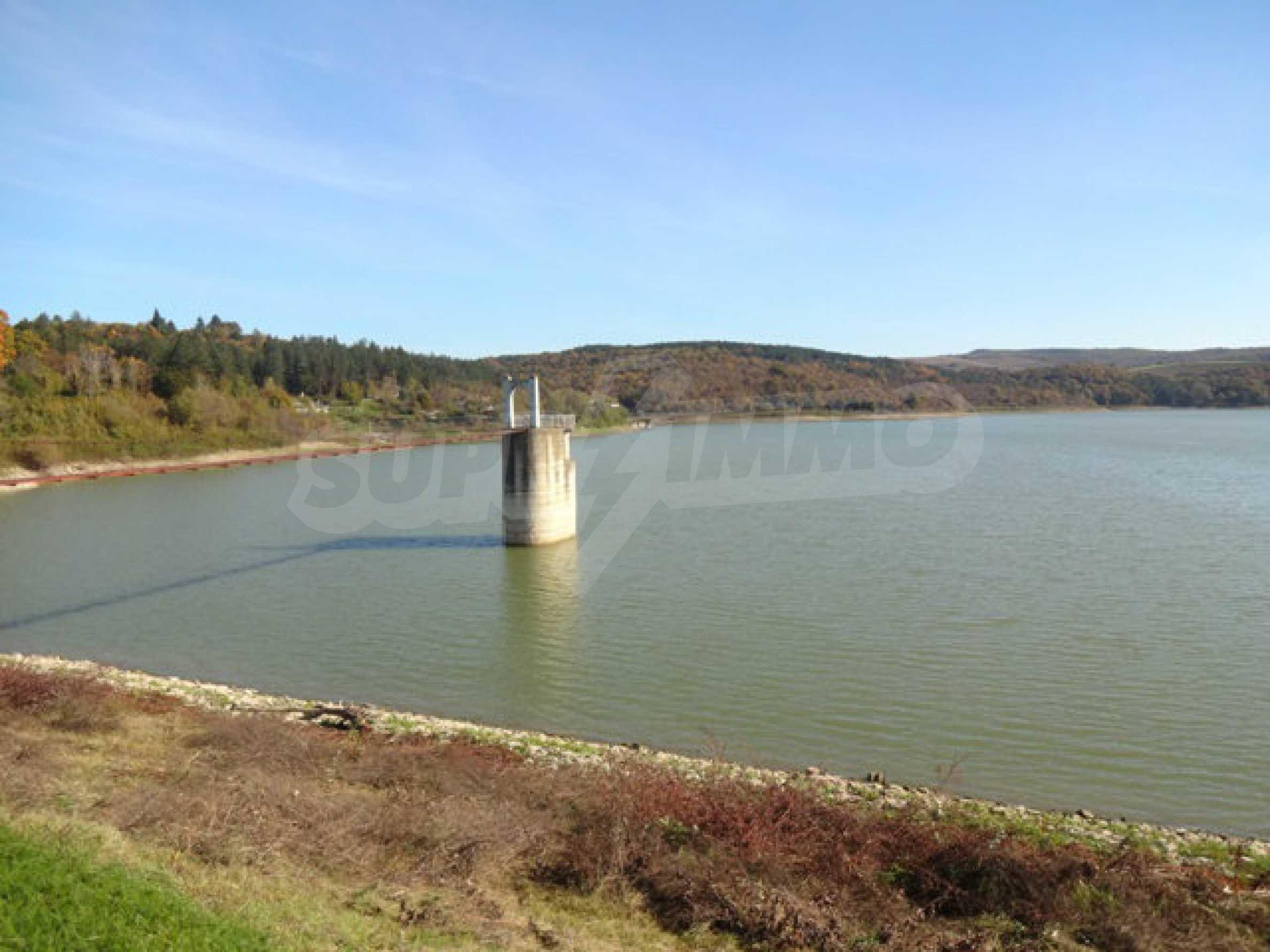 Massives Gebäude am Ufer eines Dammes 21