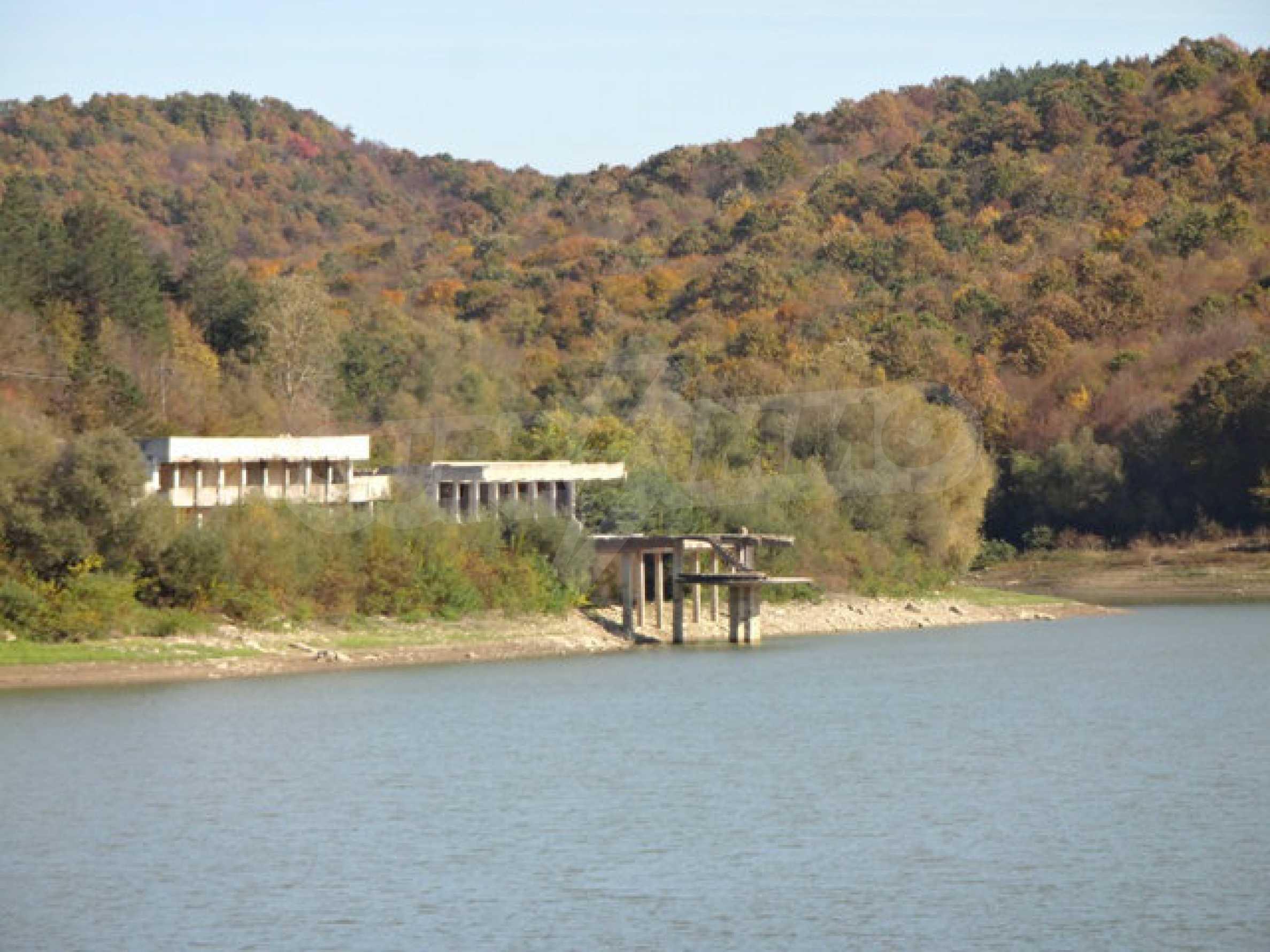 Massives Gebäude am Ufer eines Dammes 24