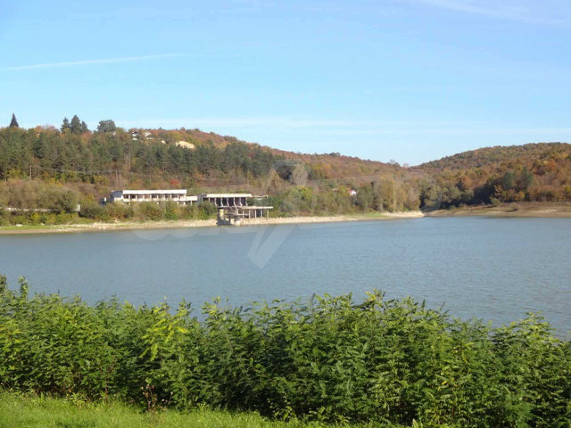 Massives Gebäude am Ufer eines Dammes 26