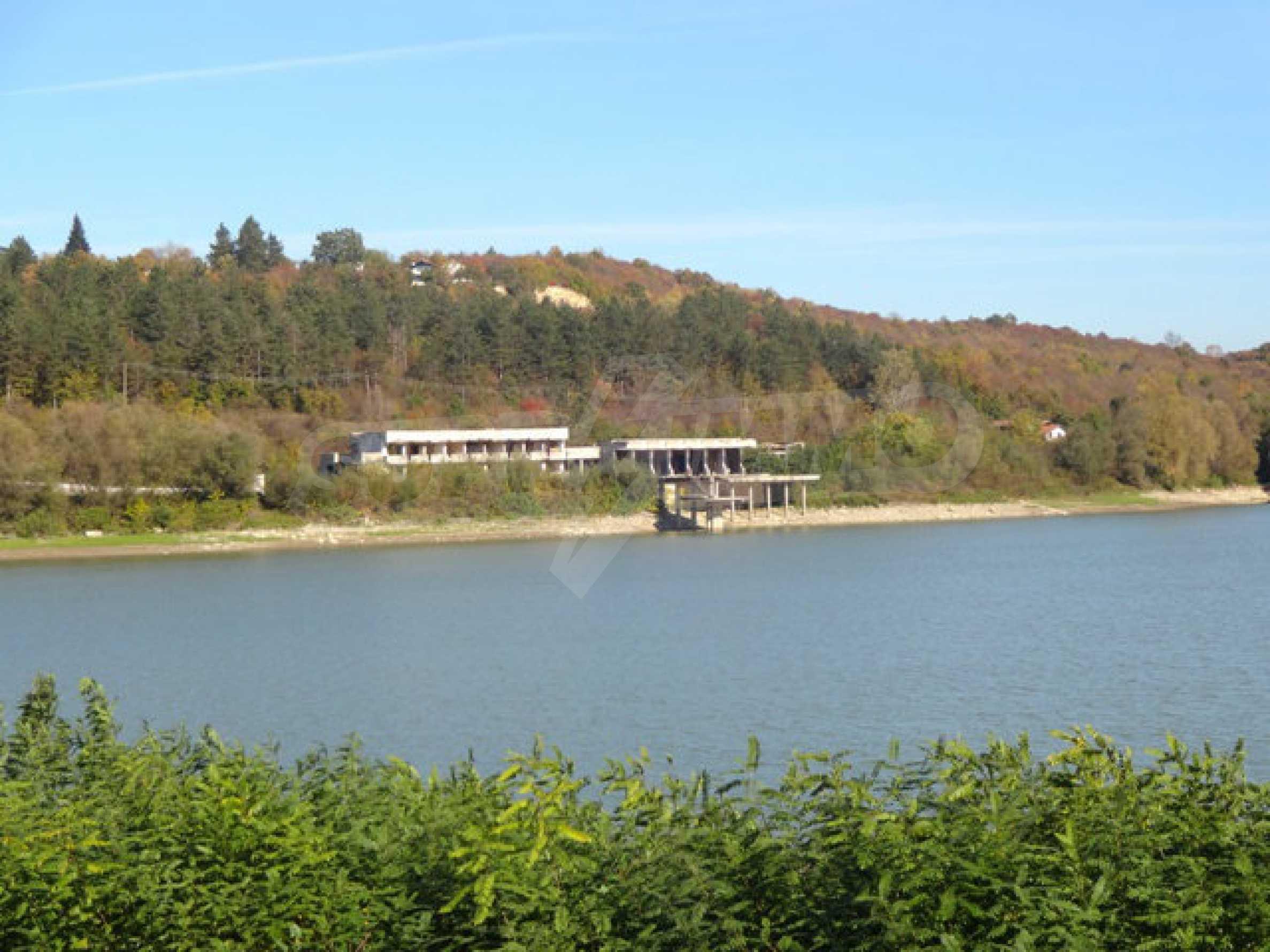 Massives Gebäude am Ufer eines Dammes 27