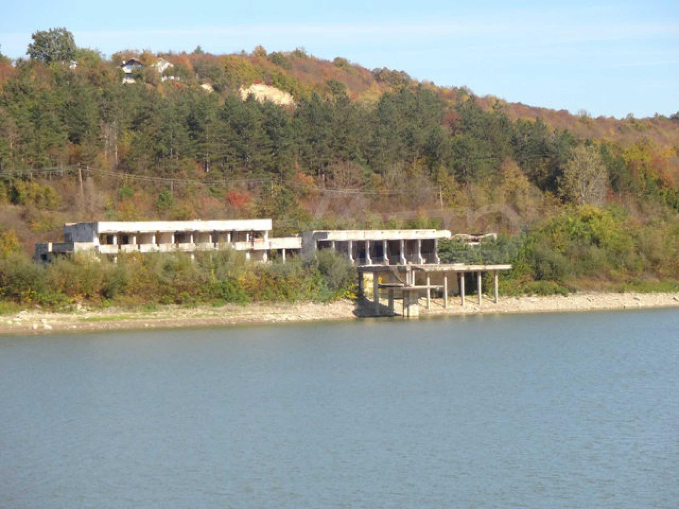 Massives Gebäude am Ufer eines Dammes 28