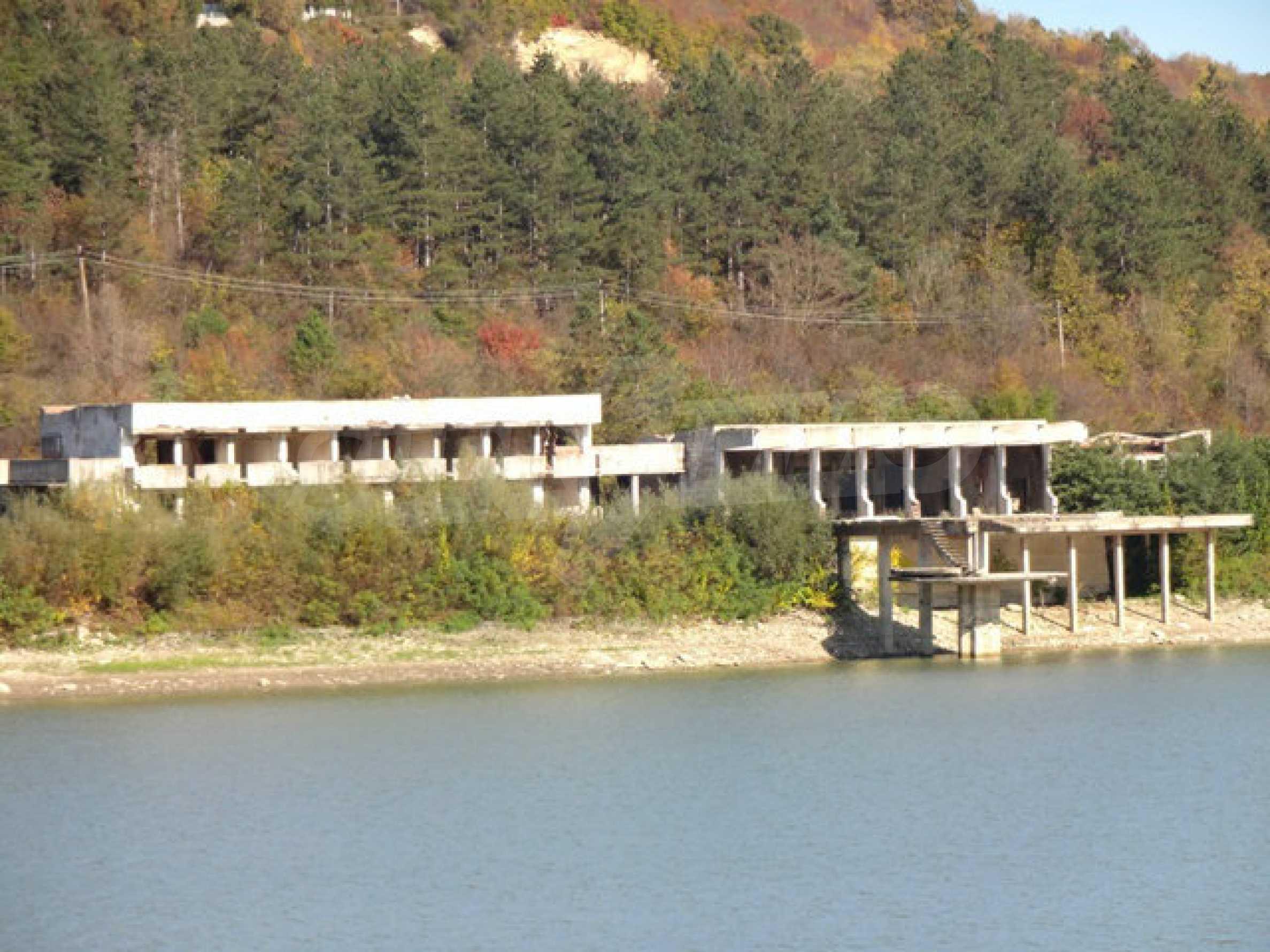 Massives Gebäude am Ufer eines Dammes 29