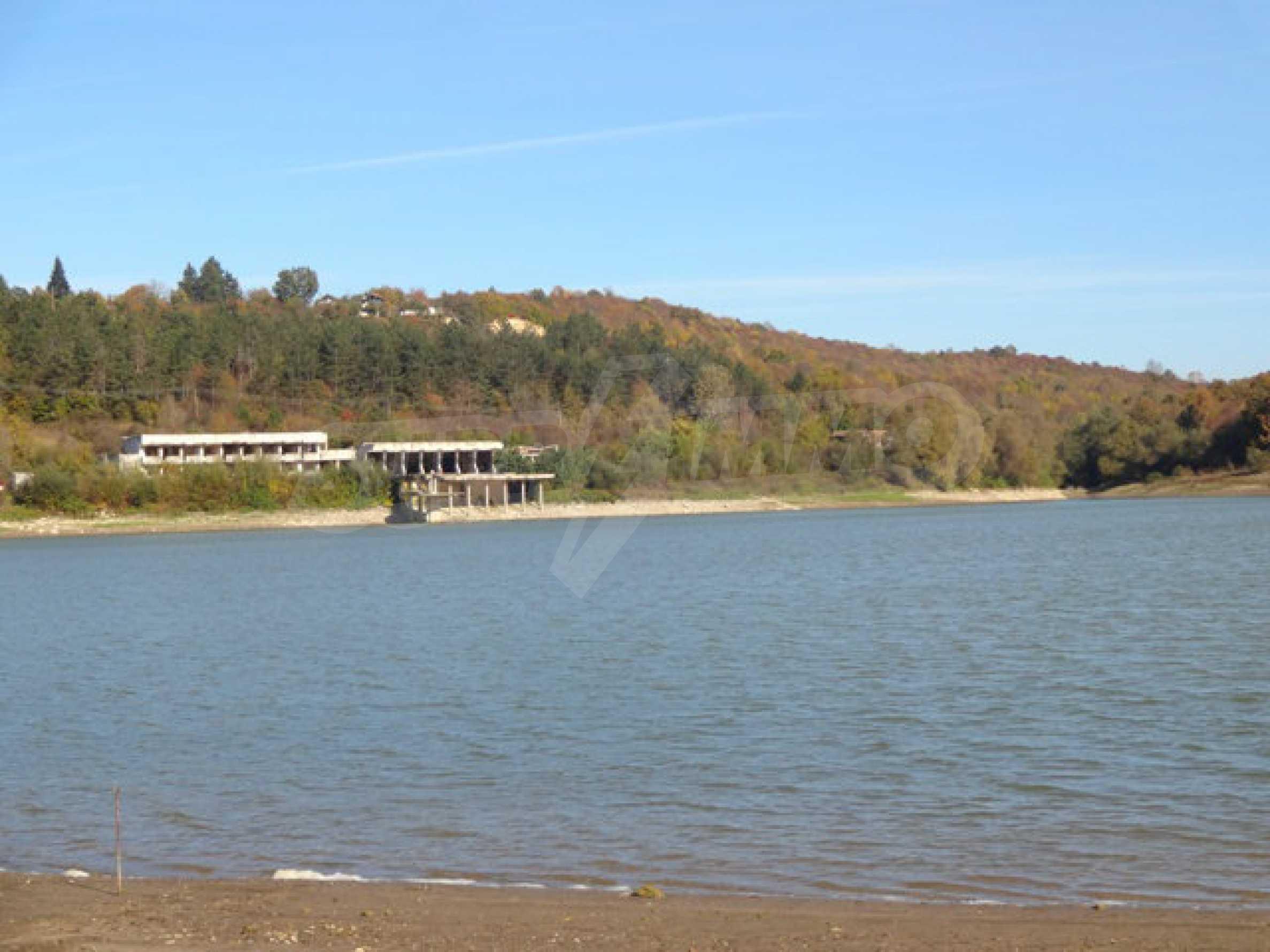 Massives Gebäude am Ufer eines Dammes 32