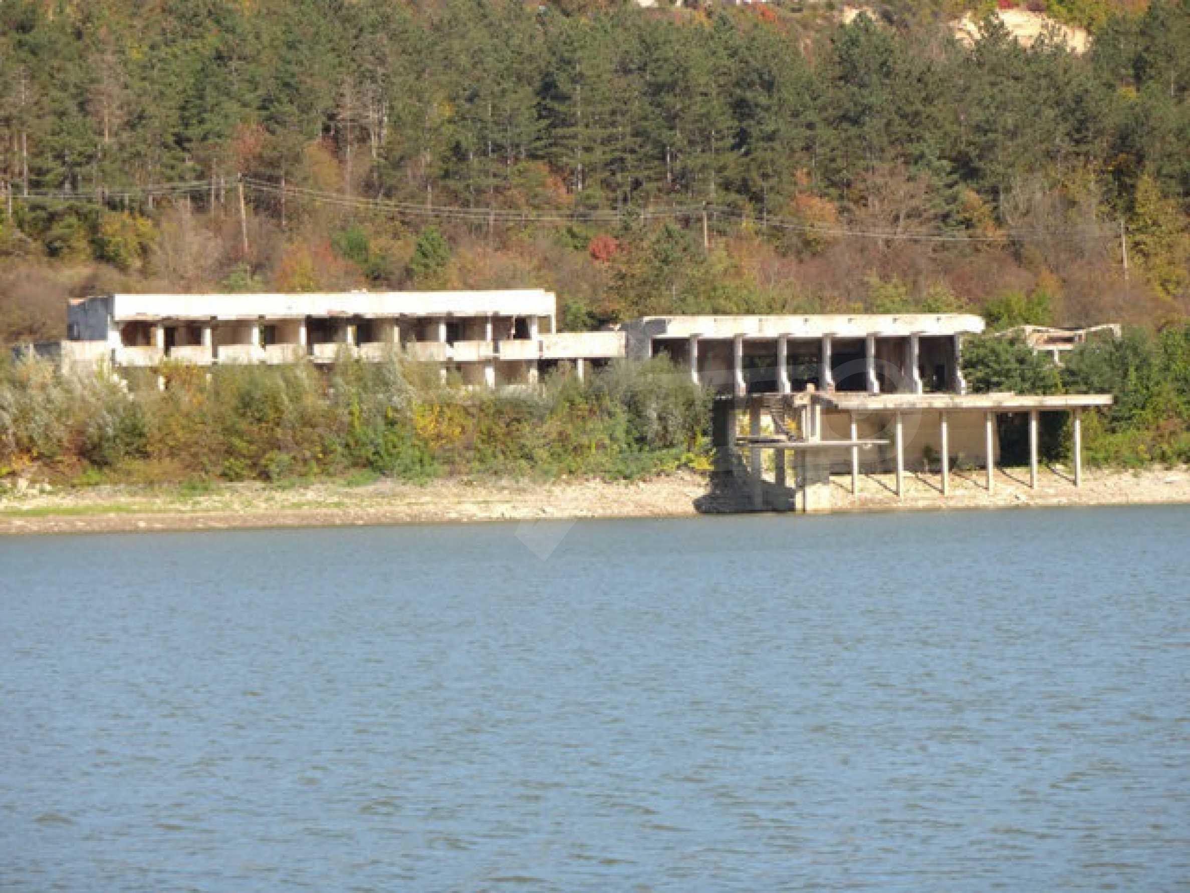 Massives Gebäude am Ufer eines Dammes 34