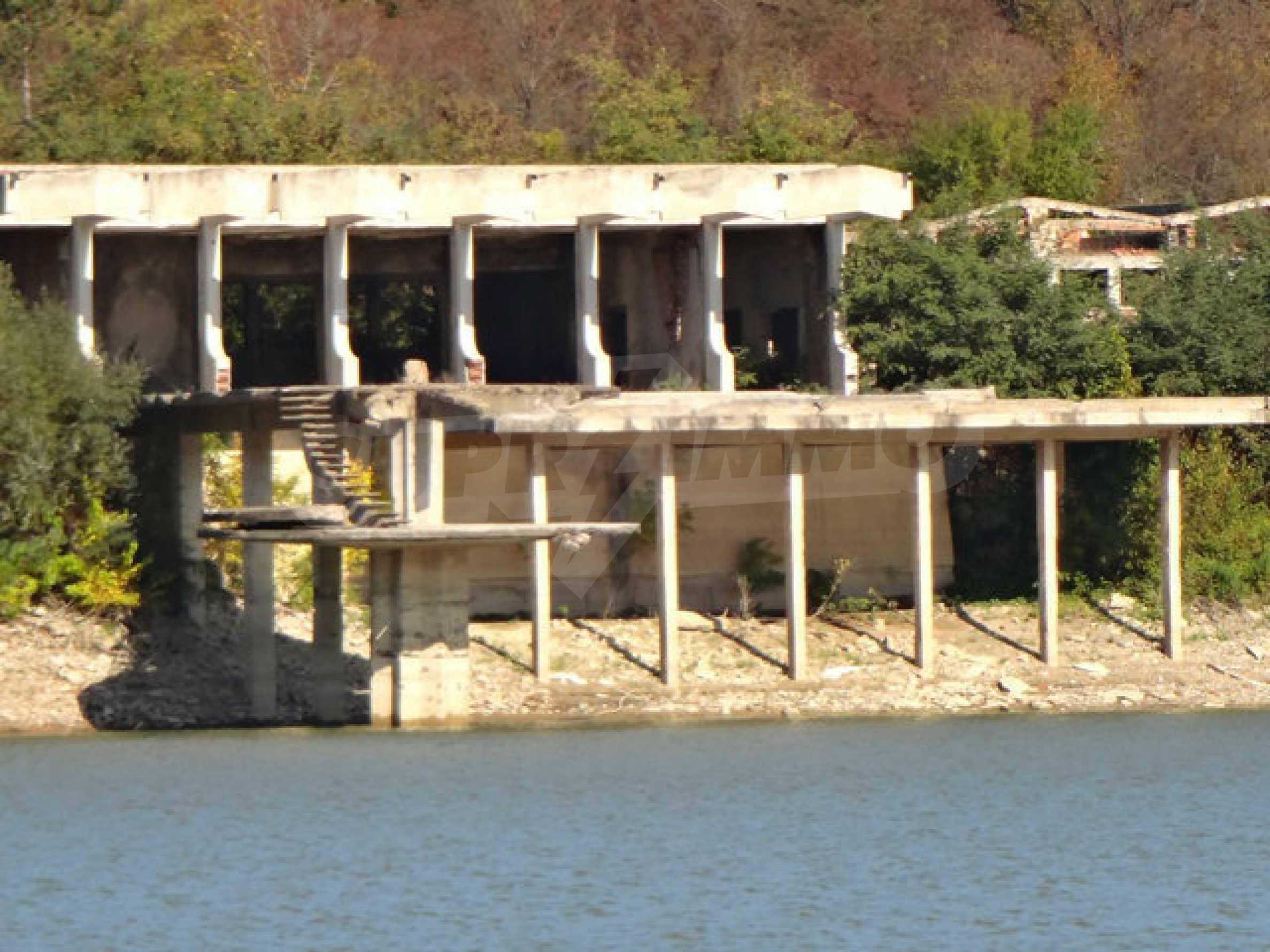 Massives Gebäude am Ufer eines Dammes 35