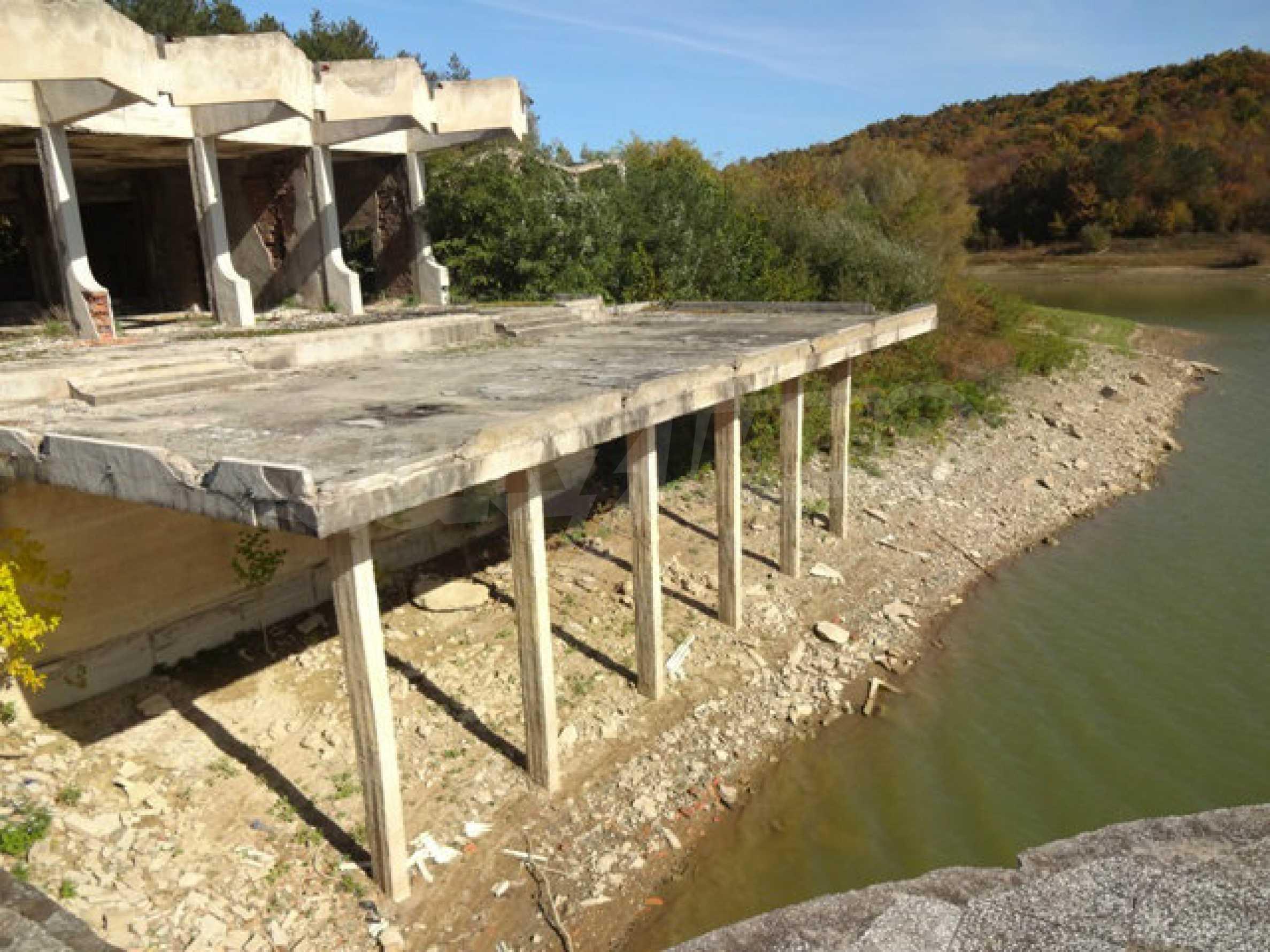 Massives Gebäude am Ufer eines Dammes 47