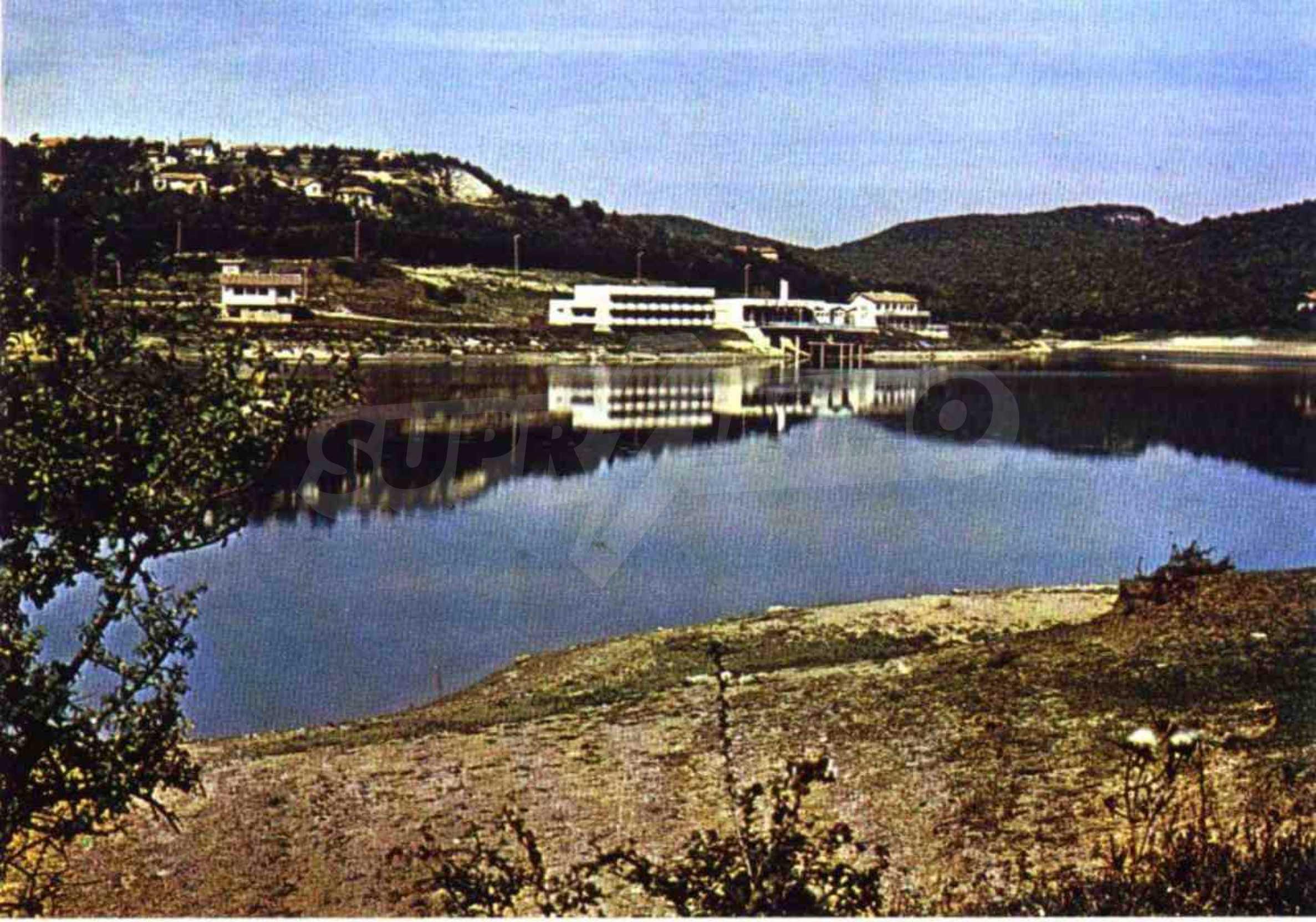 Massives Gebäude am Ufer eines Dammes 66