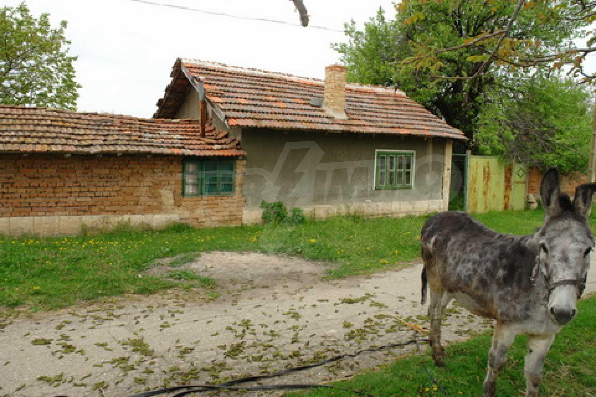 Къща на  главен път Русе-София