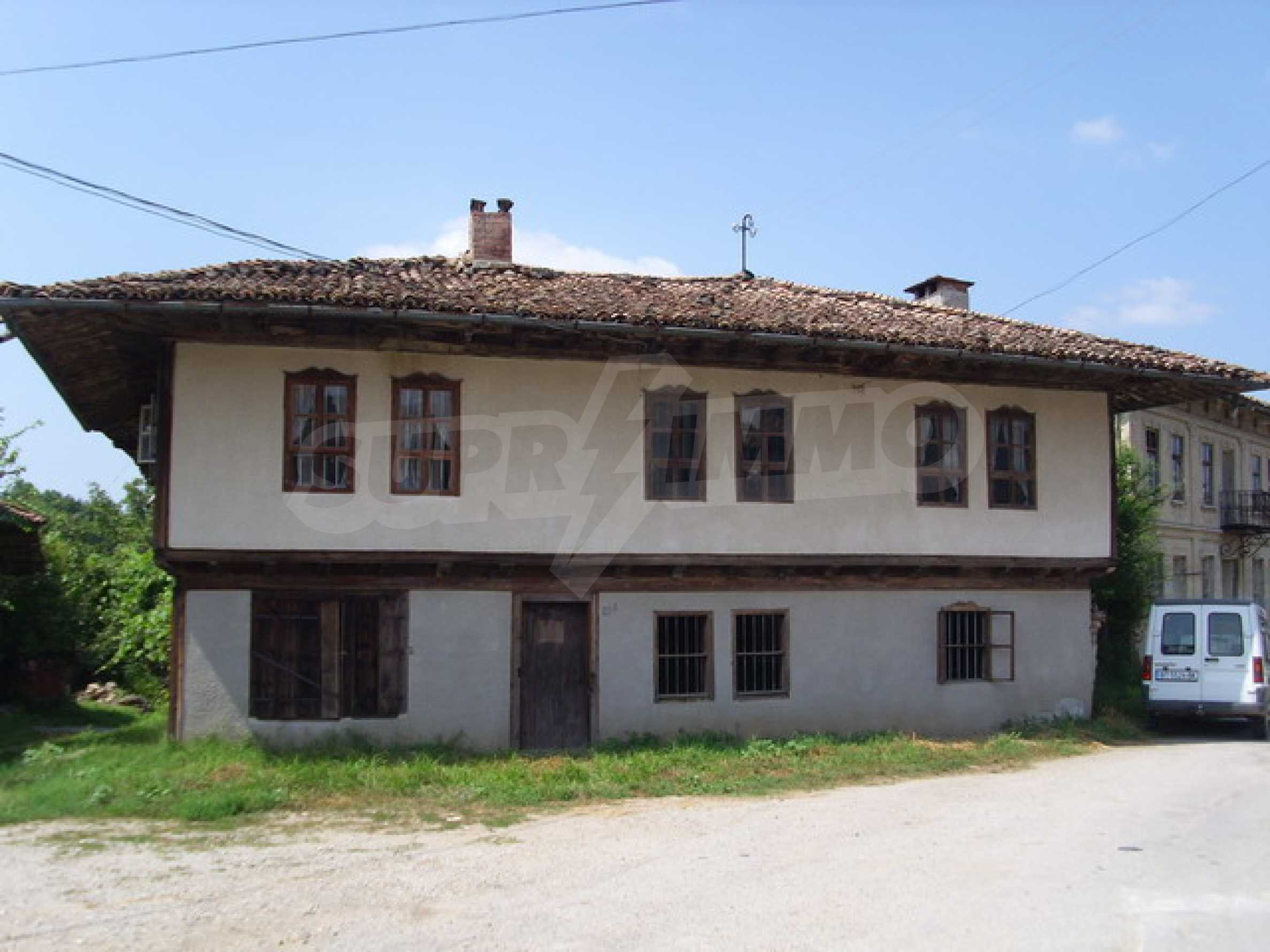Просторна къща в традиционен стил