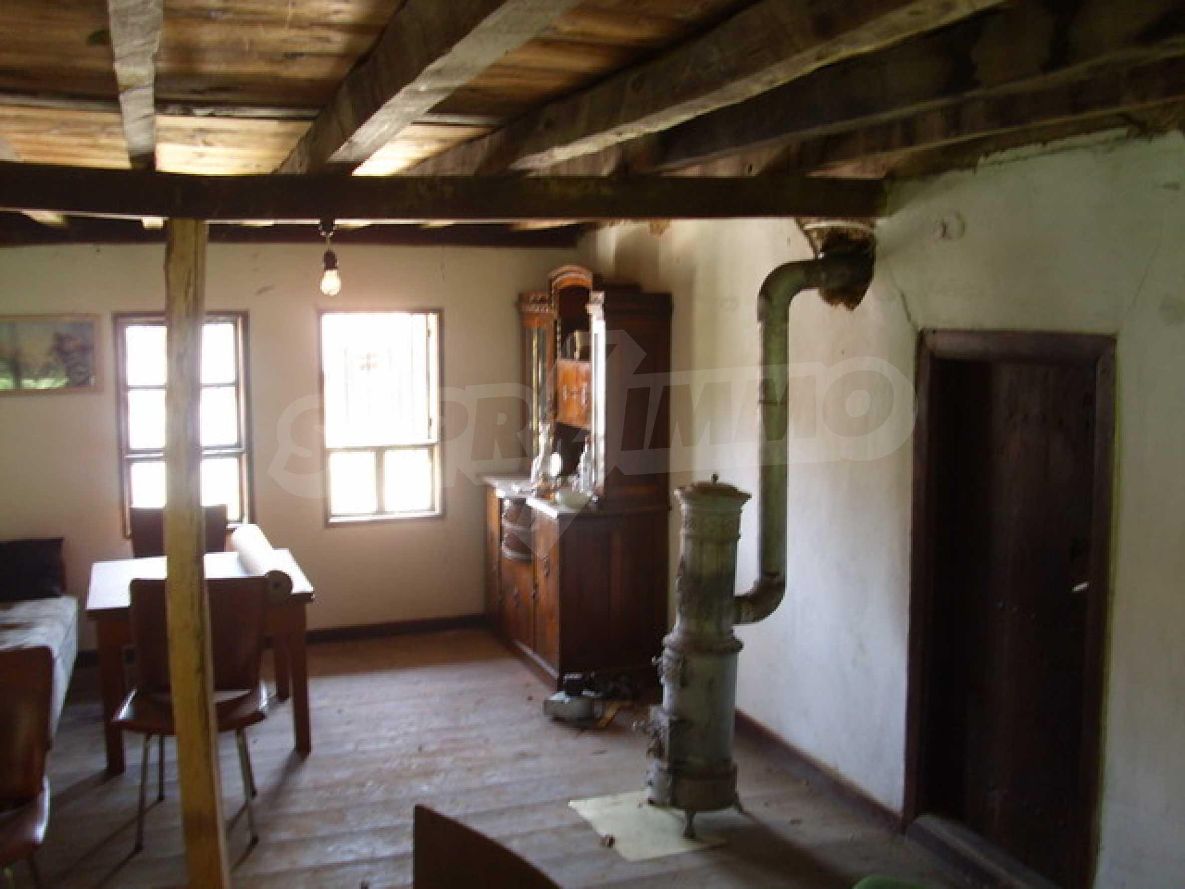 Просторна къща в традиционен стил 10
