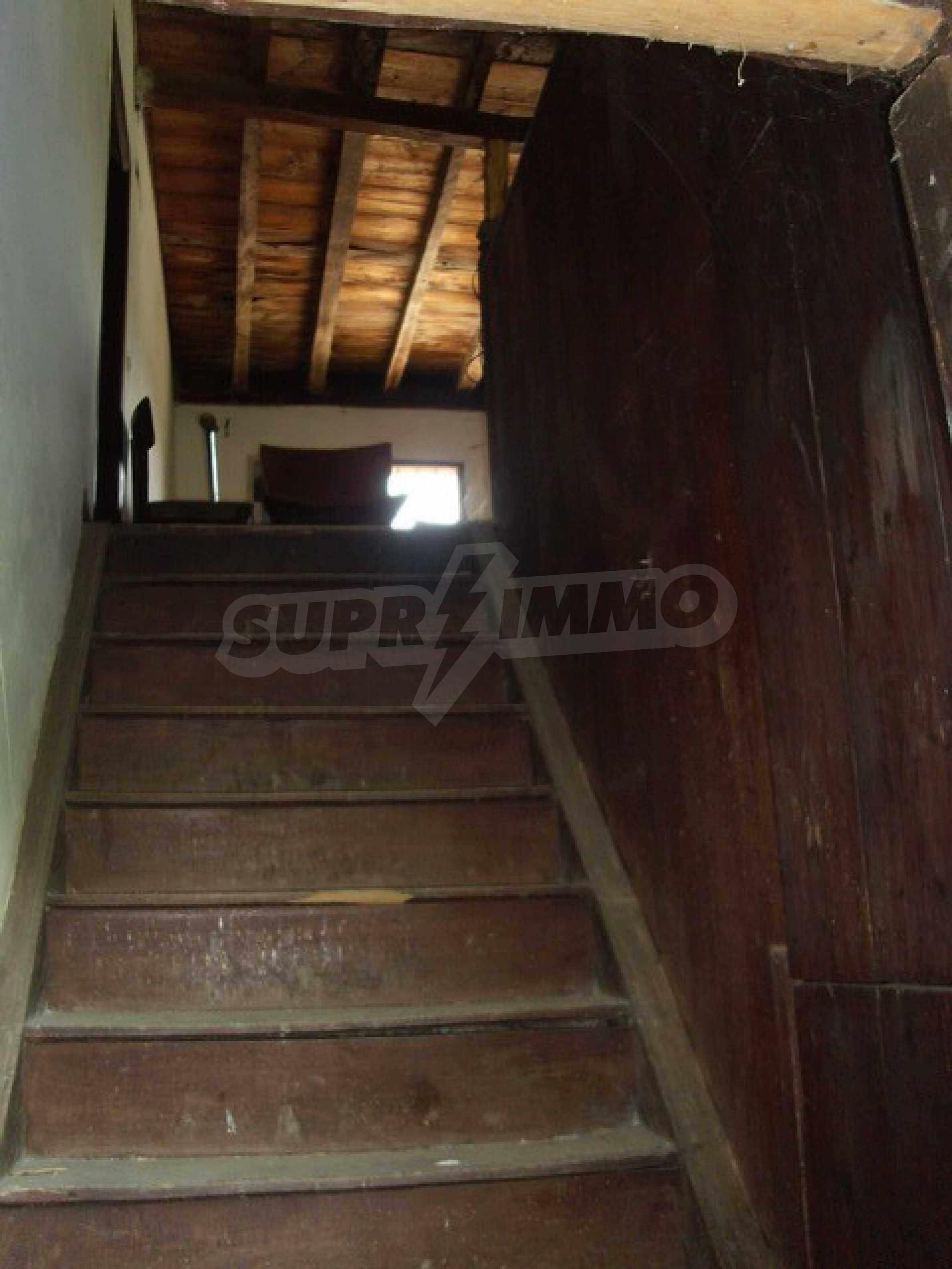 Просторна къща в традиционен стил 25