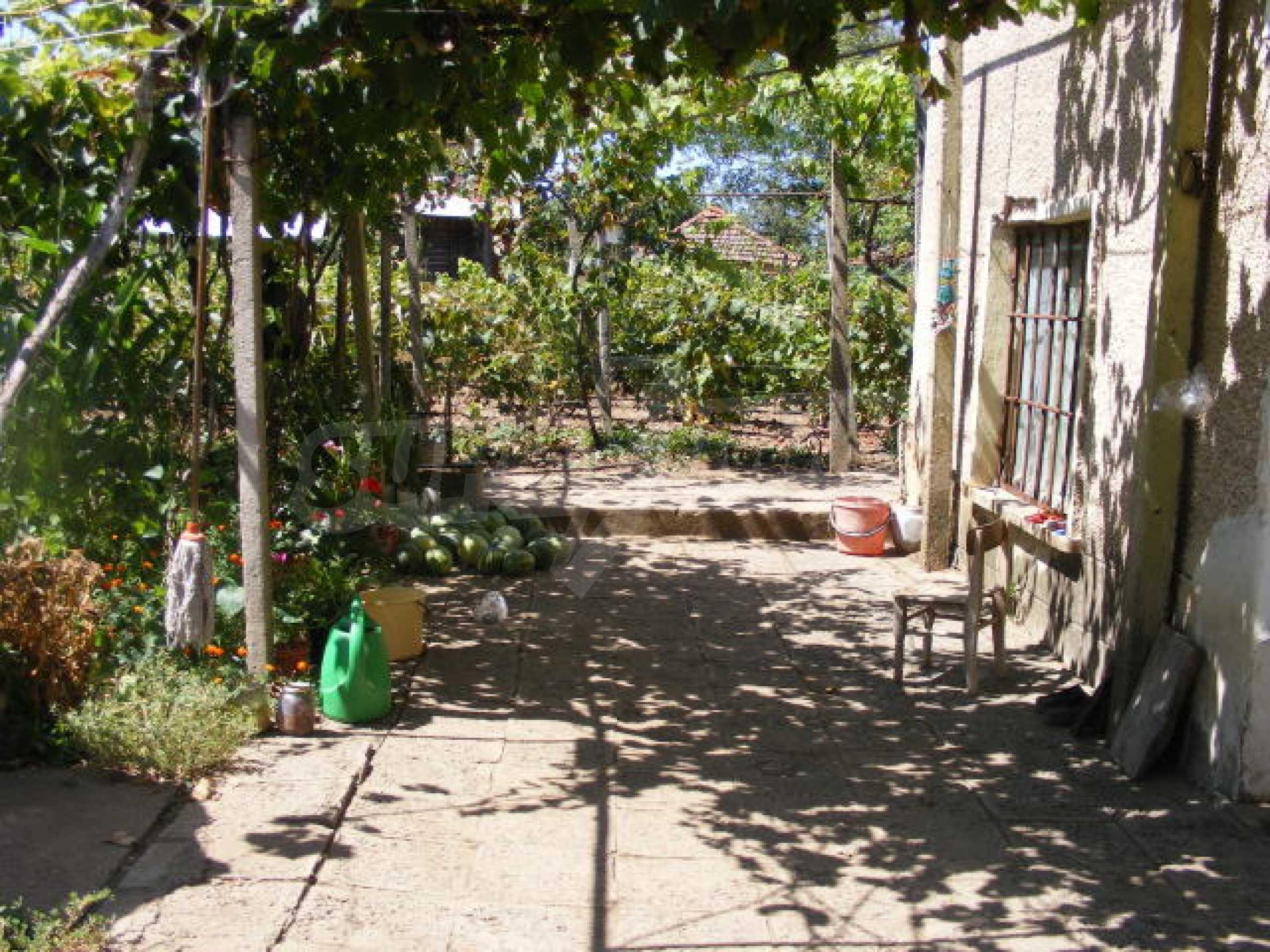 Schönes Haus mit einem großen Garten 12