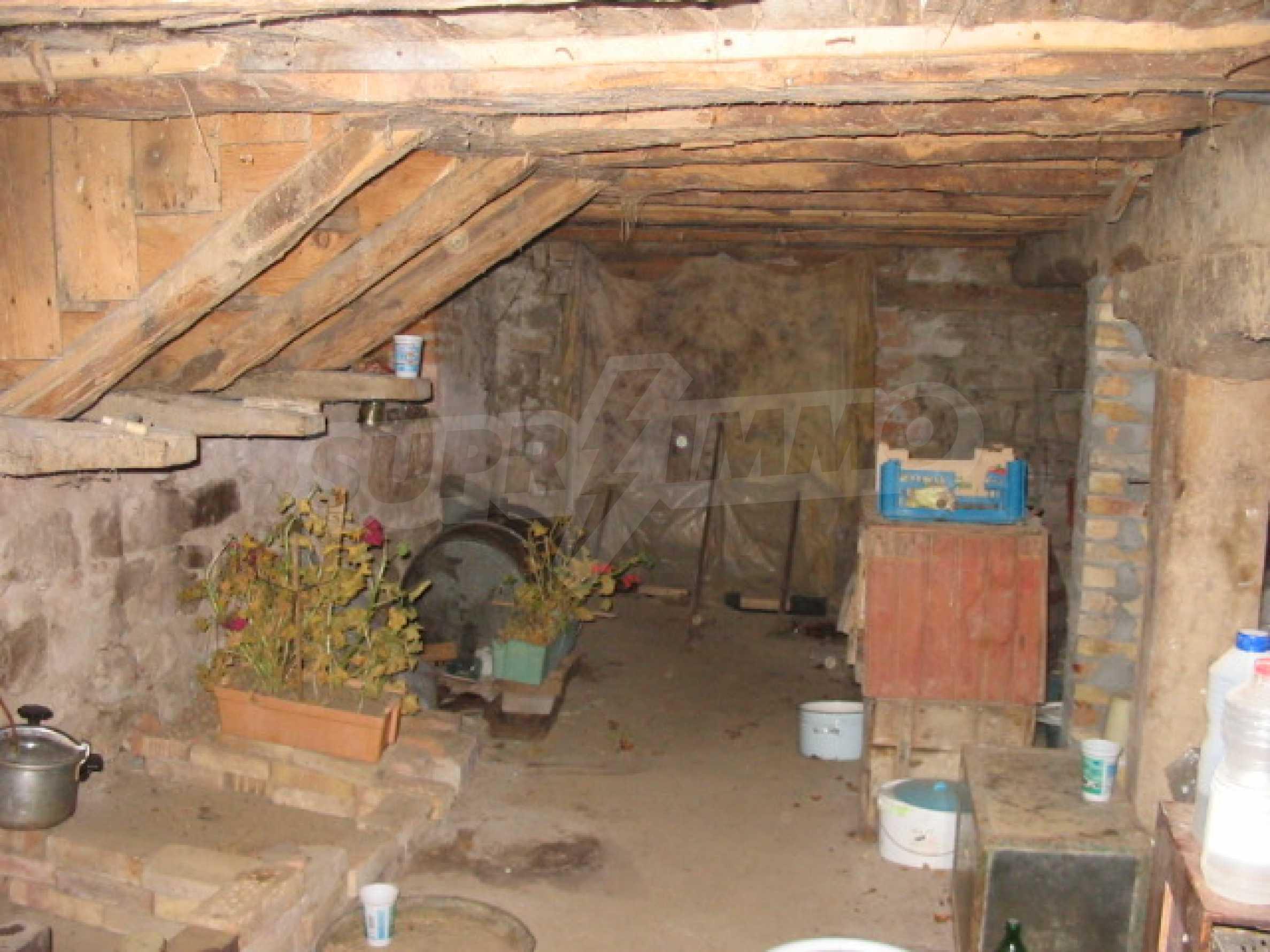 Къща с голям двор в село близо до Велико Търново 10