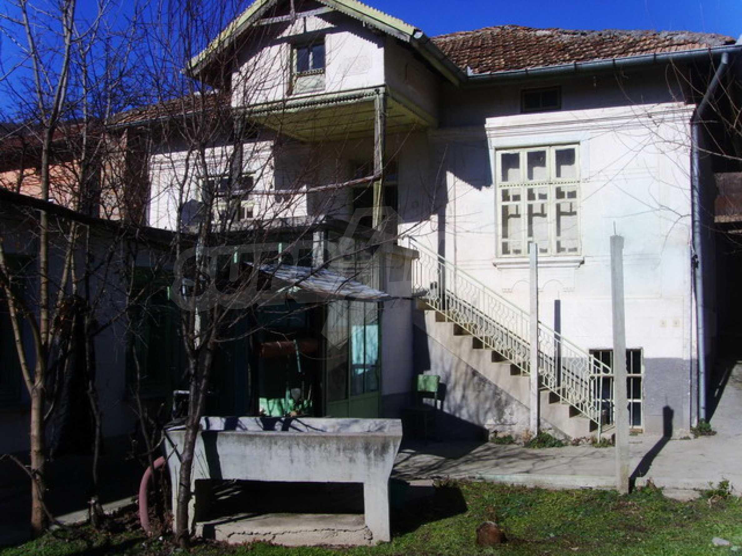 Дом около большого водохранилища