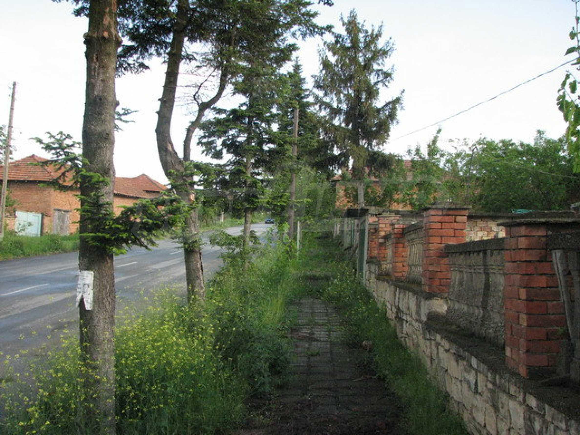 Backsteingebäude mit großem Garten 5