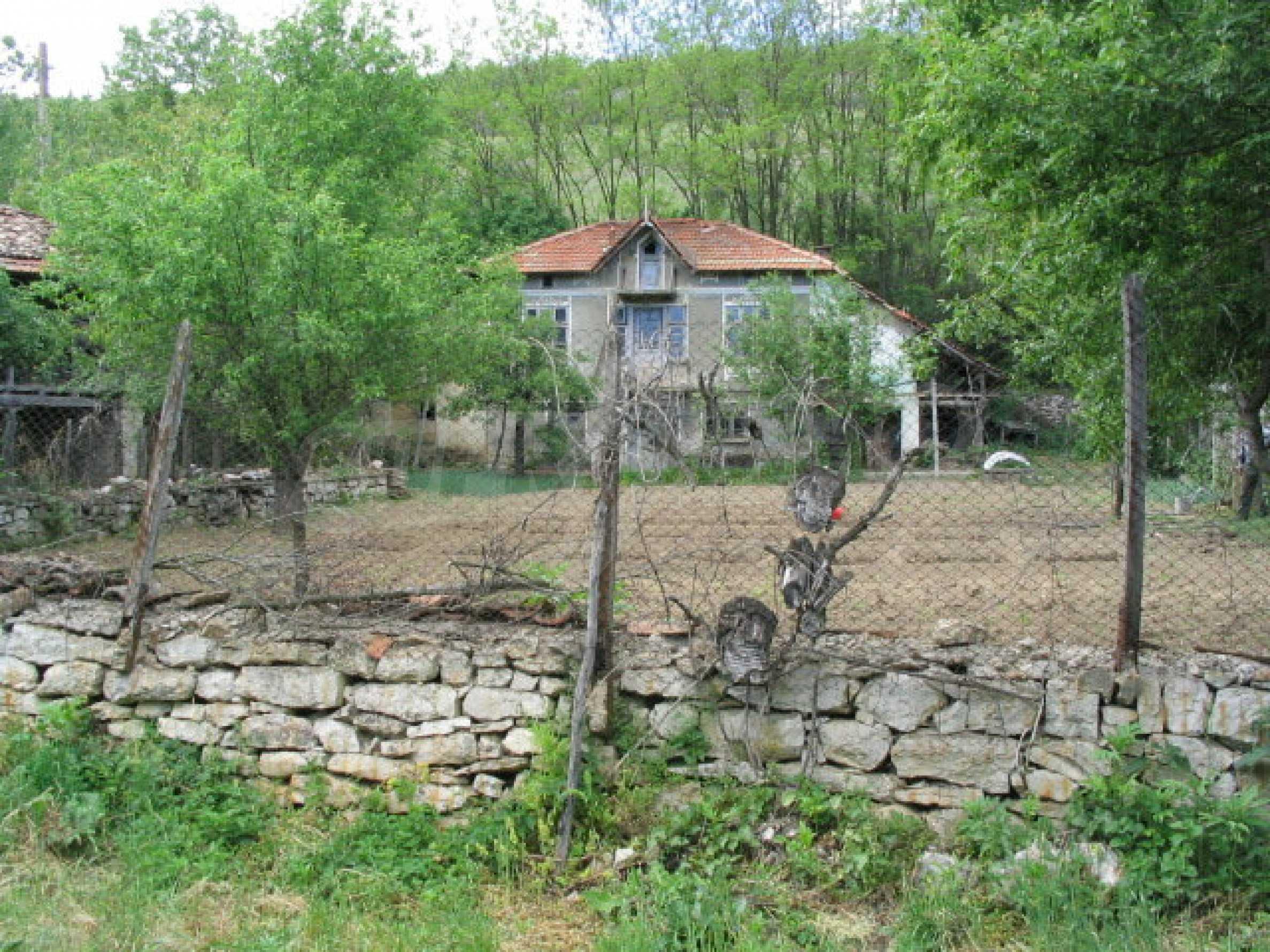 Двуетажна къща за ремонт в село Емен